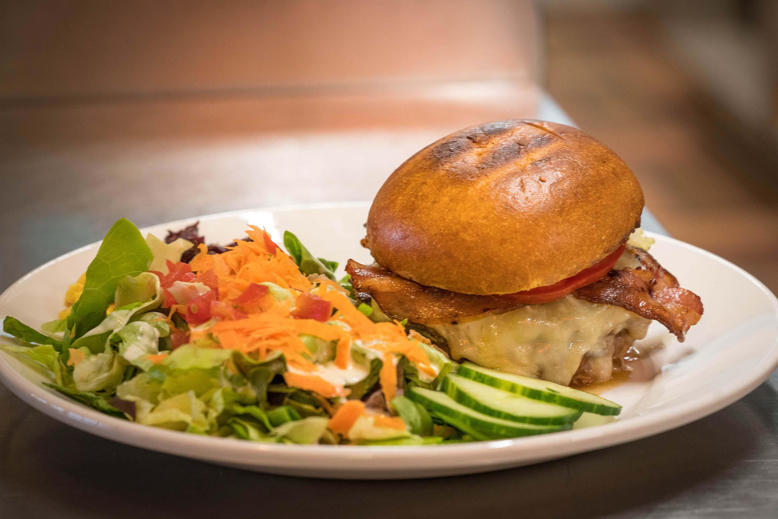 the-beach-cafe-hamburger-salat.jpg