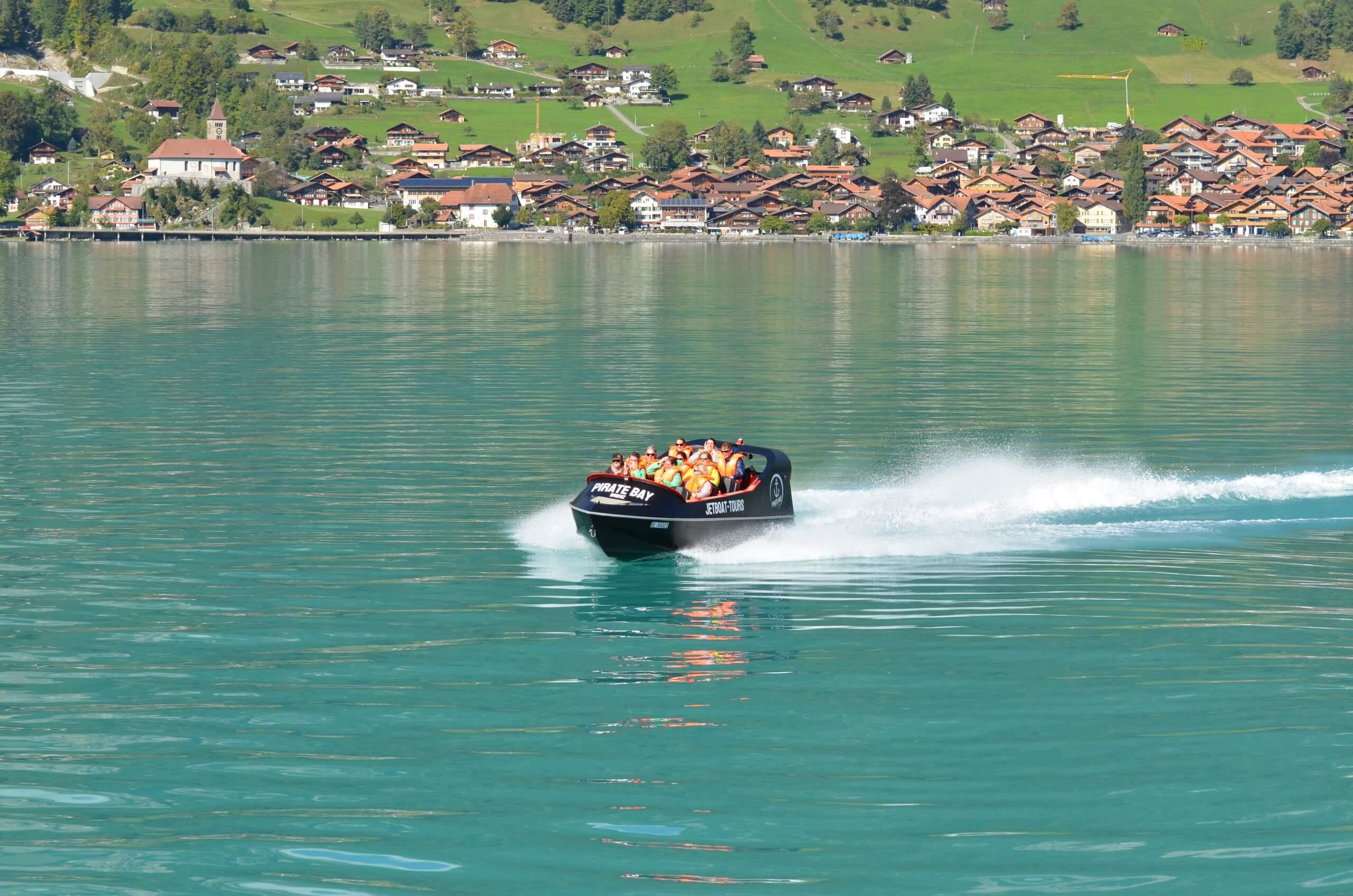 brienz-jetboat-priate-bay-sommer-brienzersee-dorf-naturkulisse
