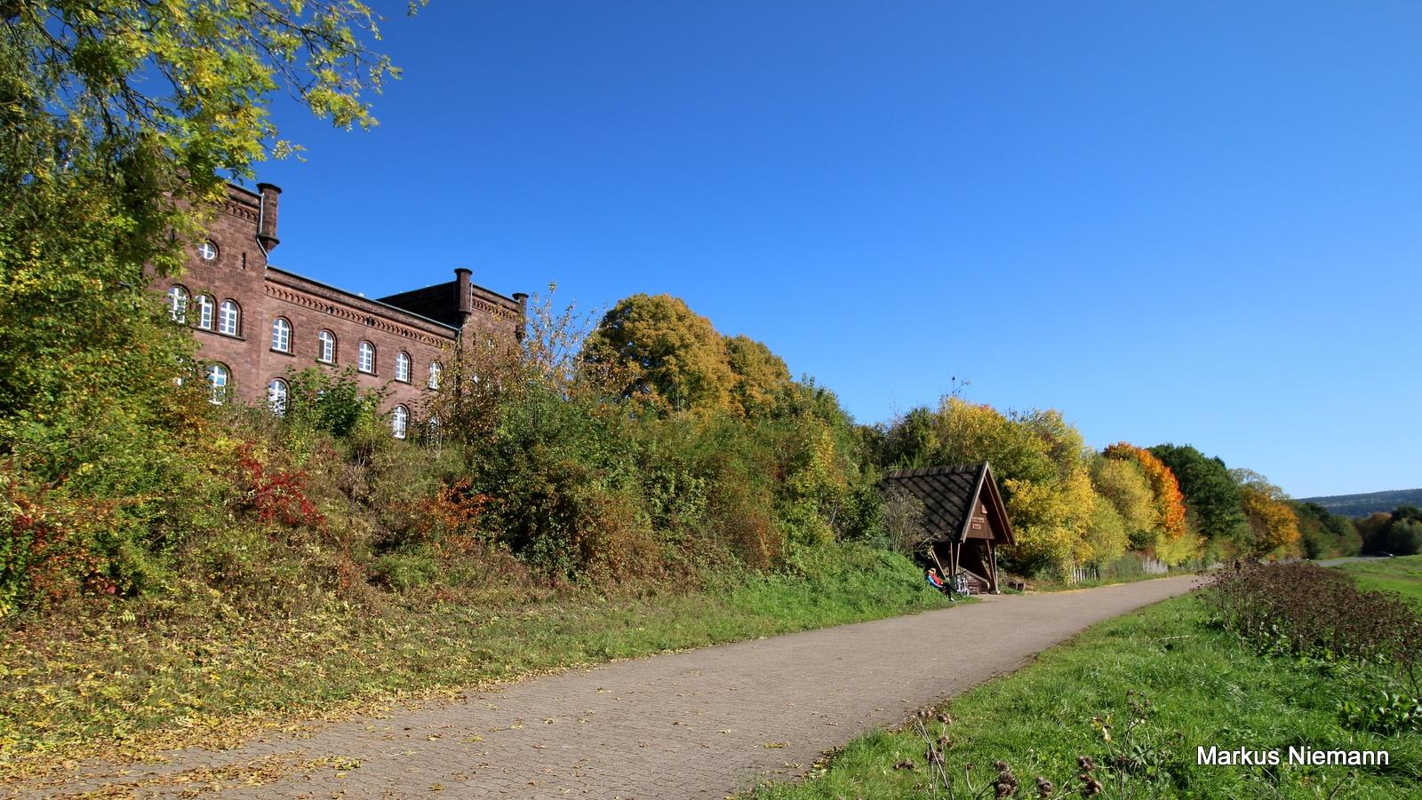 Weserhöhen_R99_mit_altem_Bahnhof_Höxter