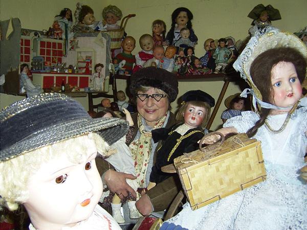 Christa Beckmann inmitten ihrer Puppenschätze