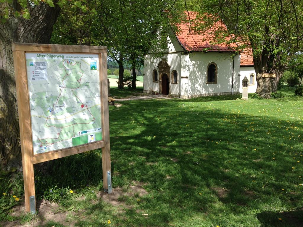 Kapelle `Zur Hilligen Seele` mit Wanderwegtafel
