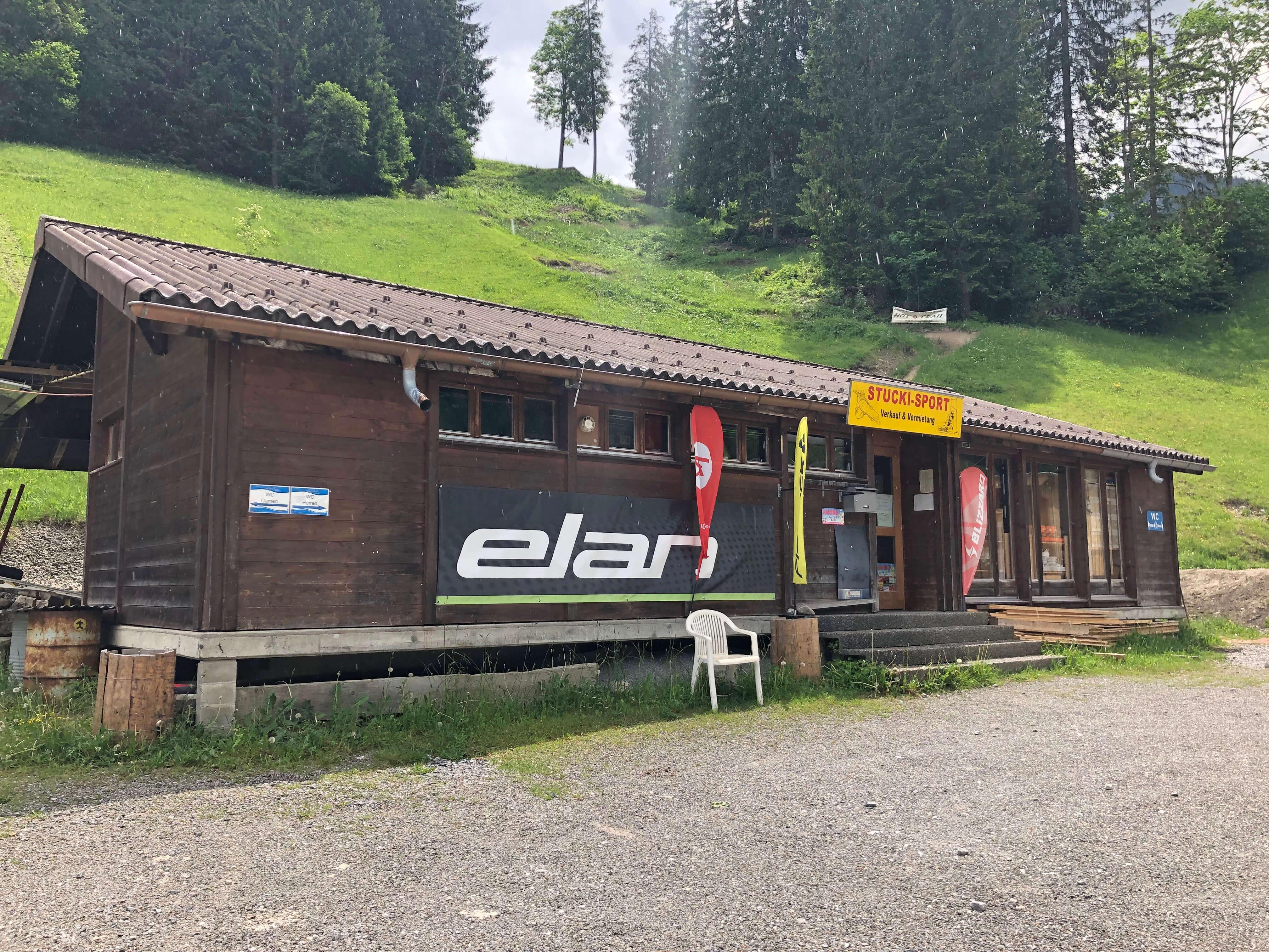 Das Geschäft von Stucki-Sport direkt bei der Talstation der Wiriehornbahnen