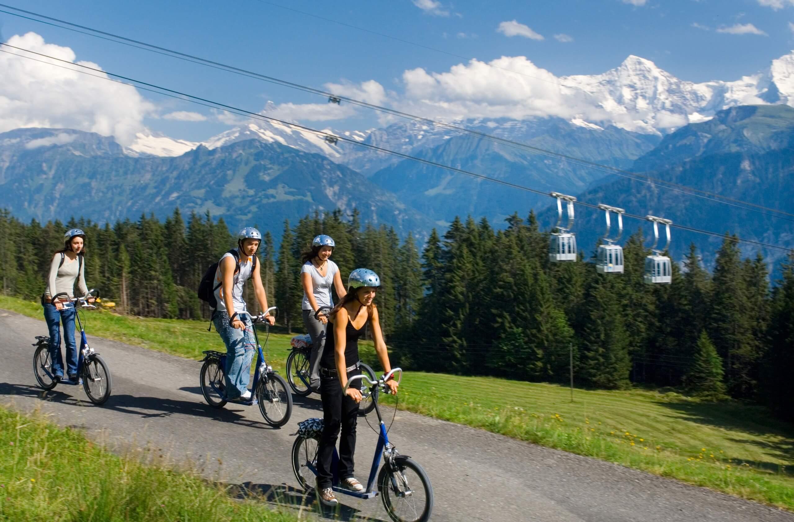 niederhorn-trotti-bike-familie-sommer-gondeln-panorama-velo-mountainbike