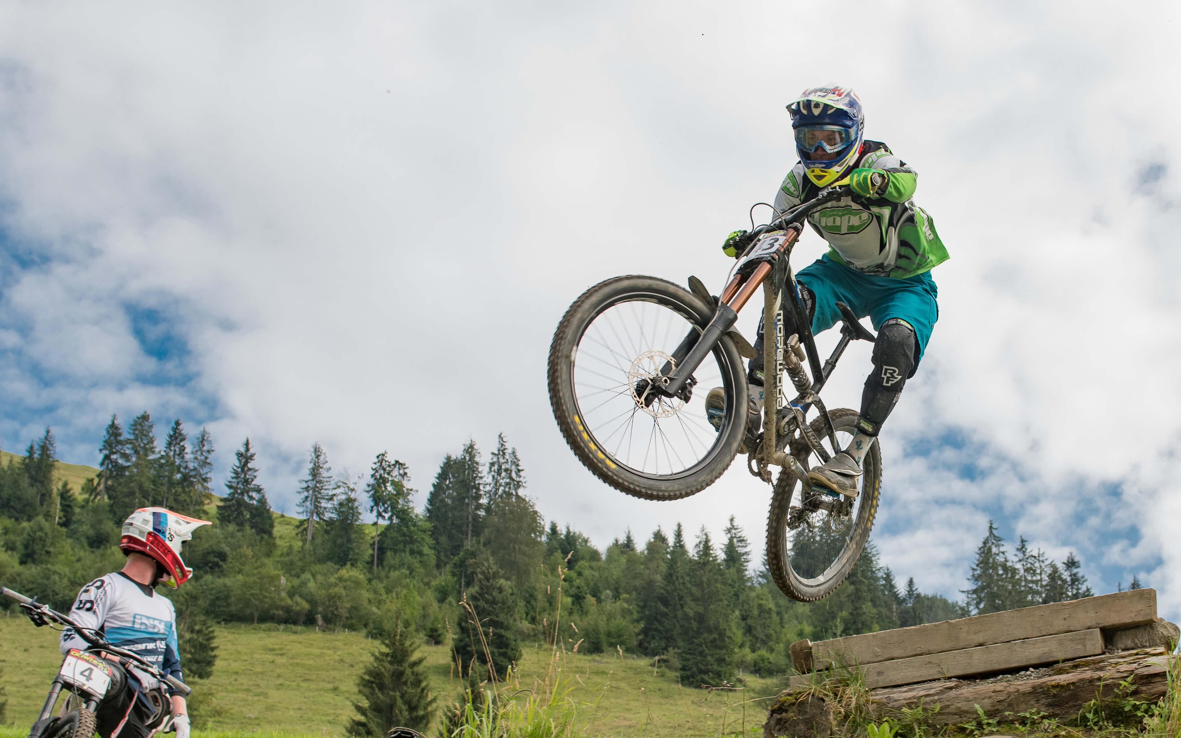 Mutige Sprünge auf dem Downhill-Trail Wiriehorn