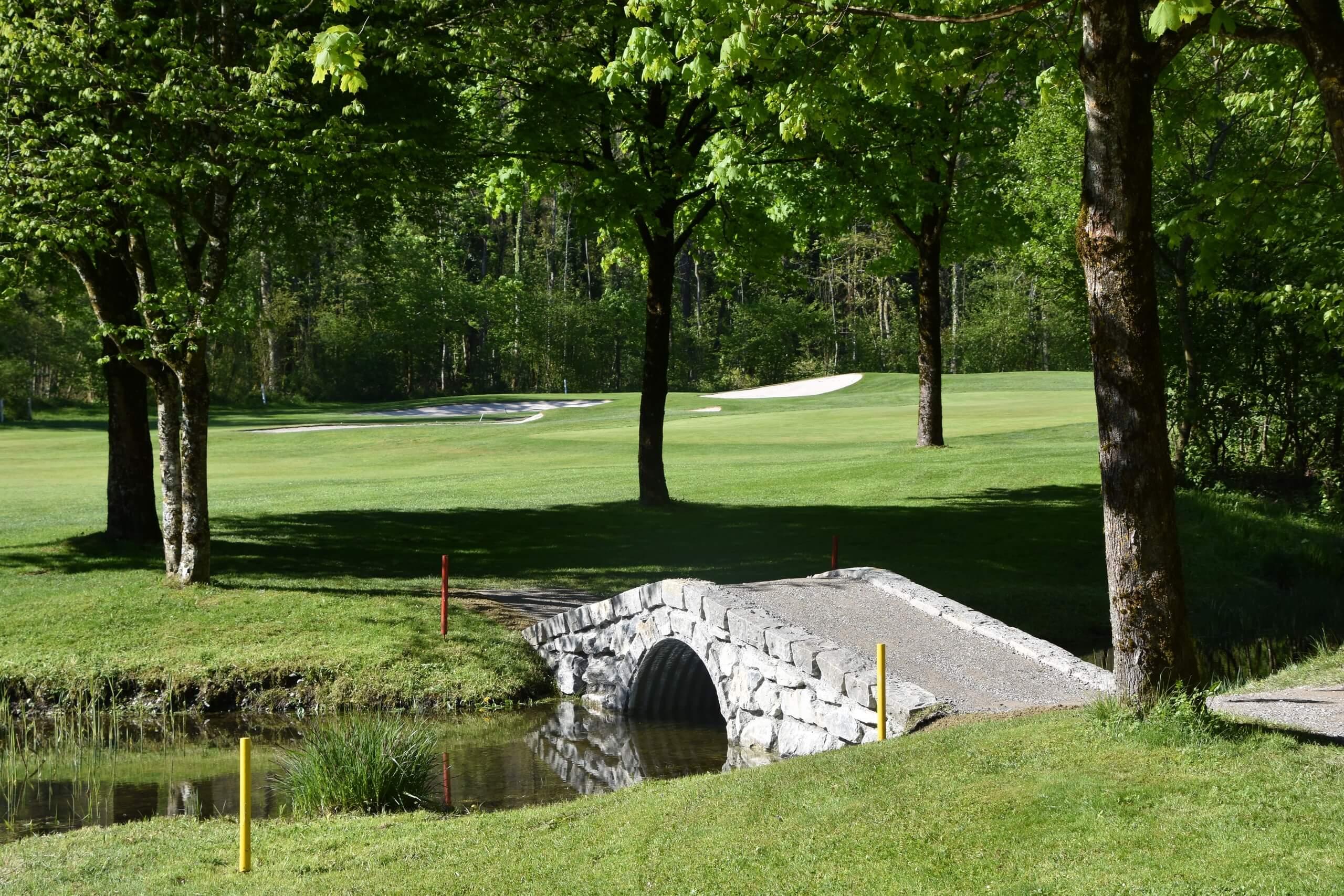 unterseen-golfplatz-natur-bruecke-sommer