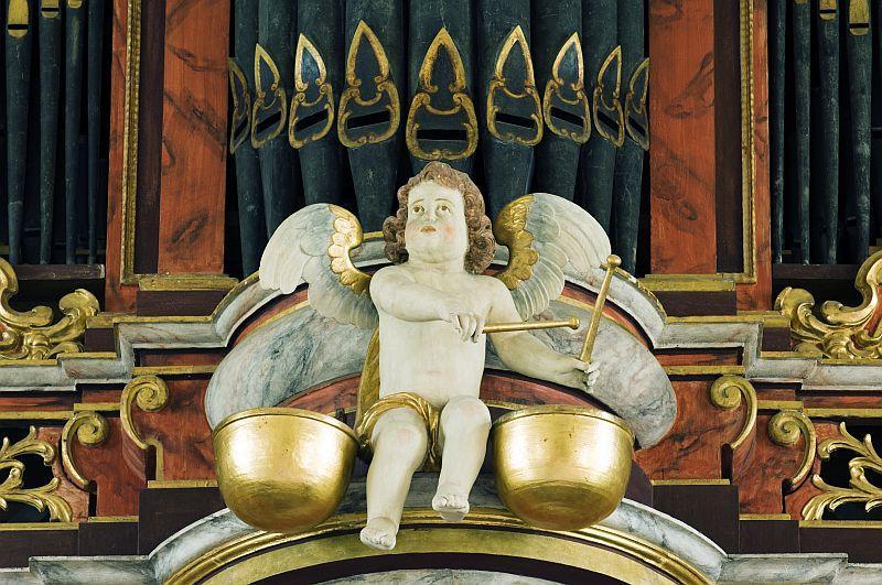 Engel an der Orgel in der Kirche