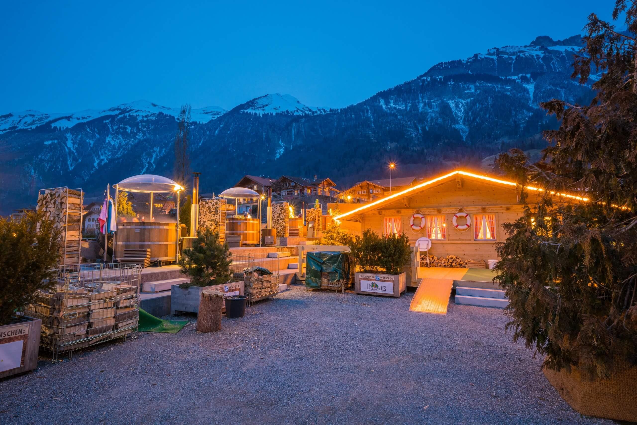 brienz-hot-pot-winter-beleuchtung-abendstimmung