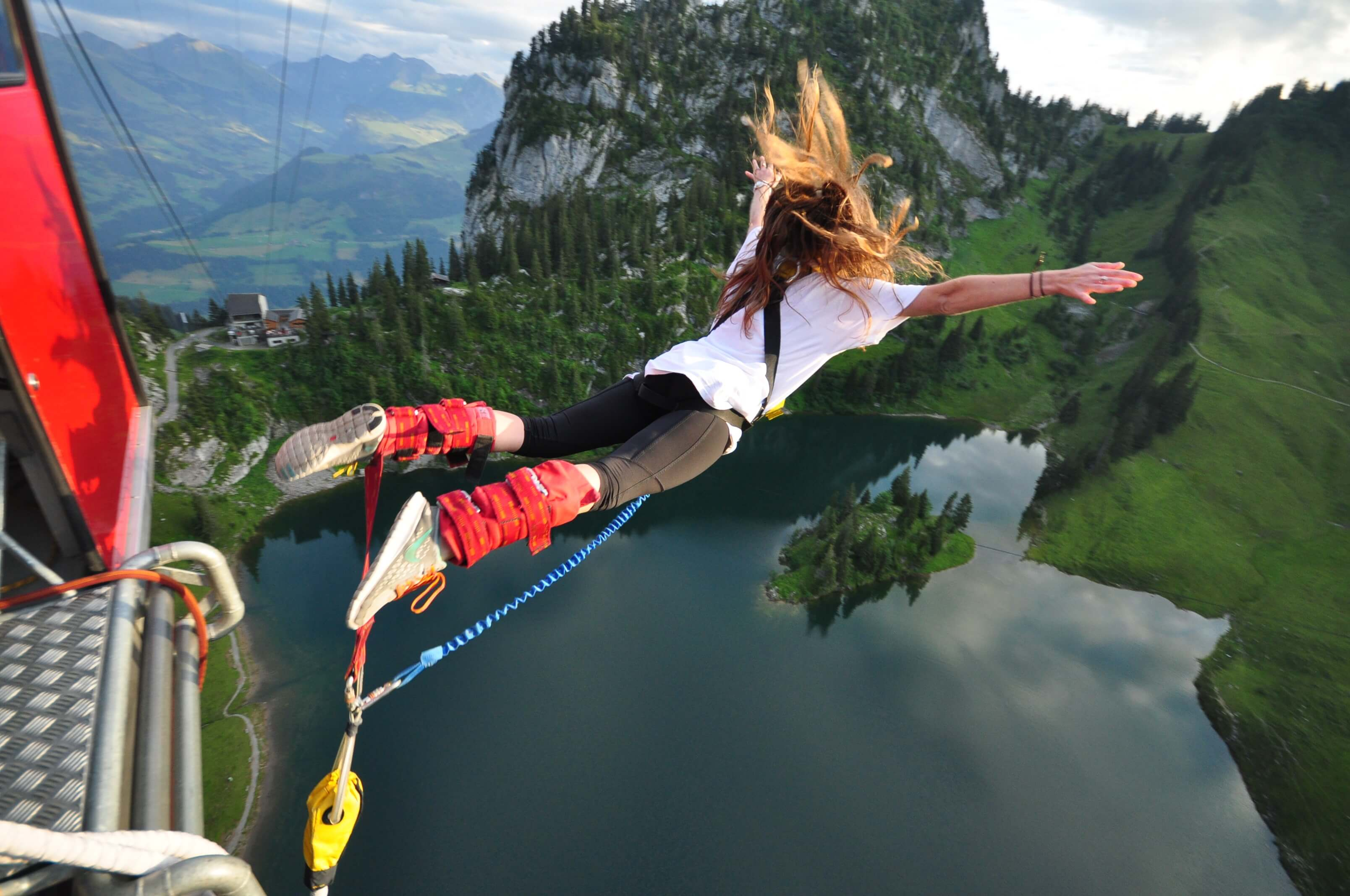 stockhorn-bungy-absprung-see-sommer