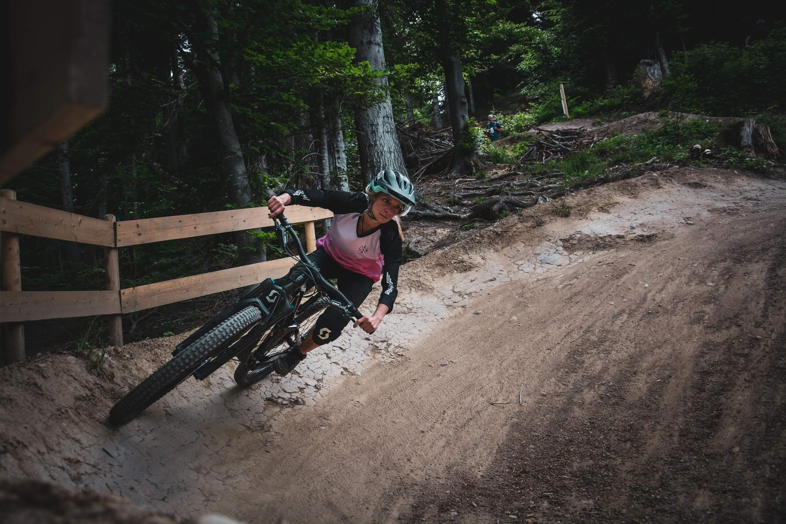 bikepark-thunersee-downhill-wald-kurve-zaun