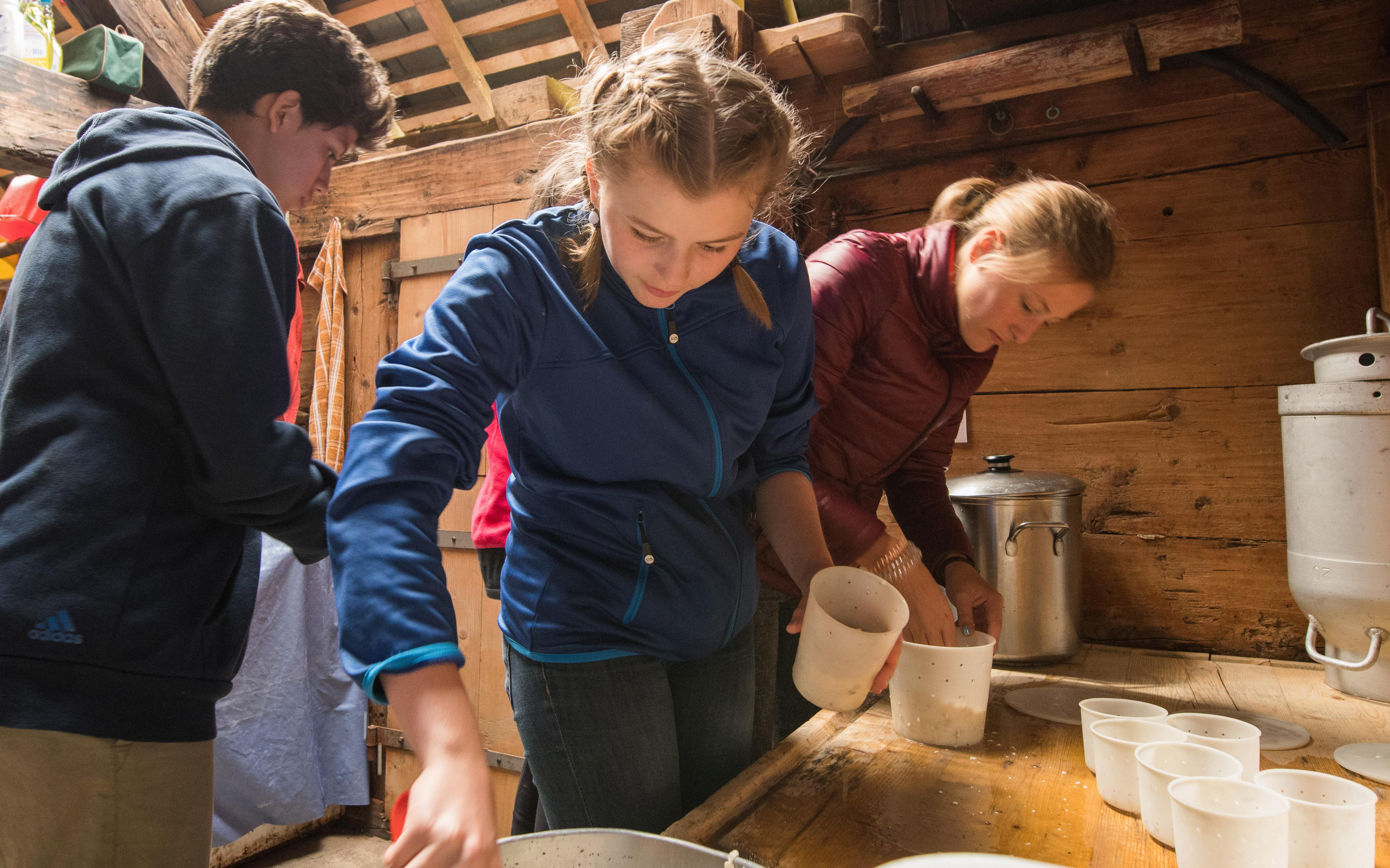 Motivierte Schülerinnen bei der Käseherstellung