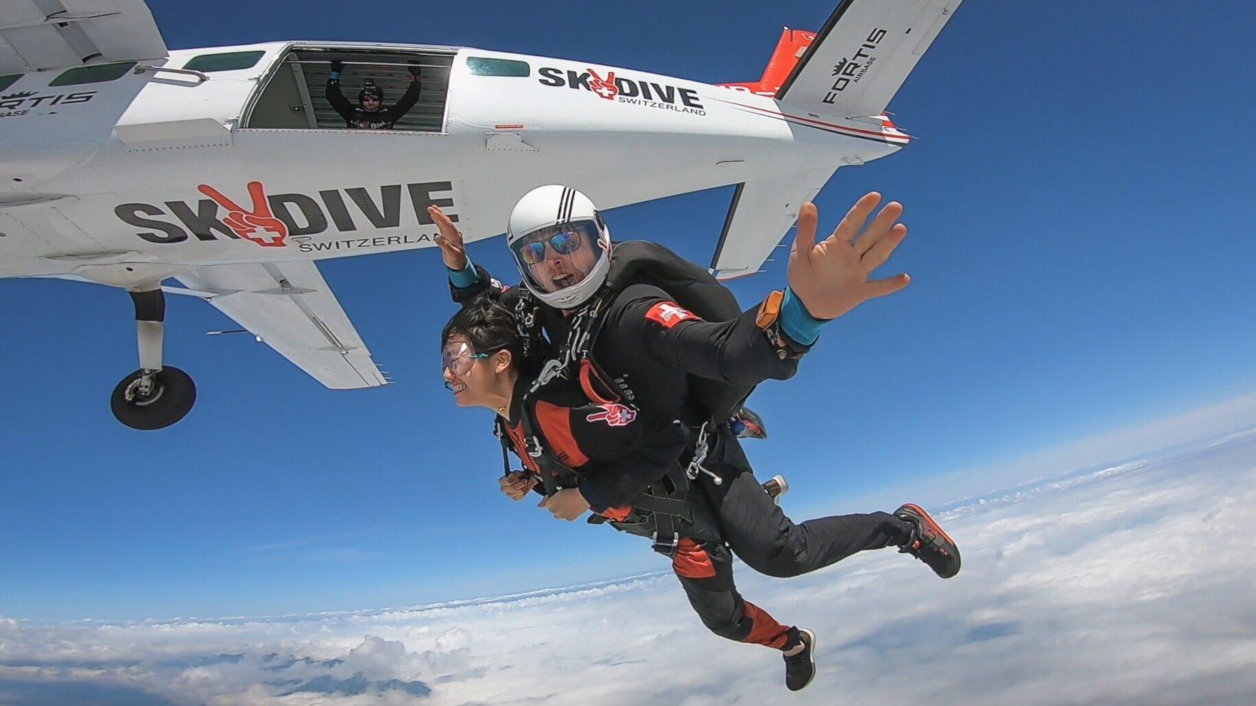 skydive-switzerland-sprung-flugzeug-wolken