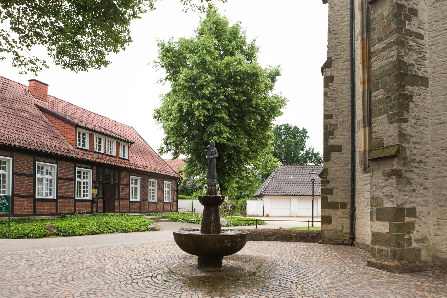 Kirchplatz mit Brunnen
