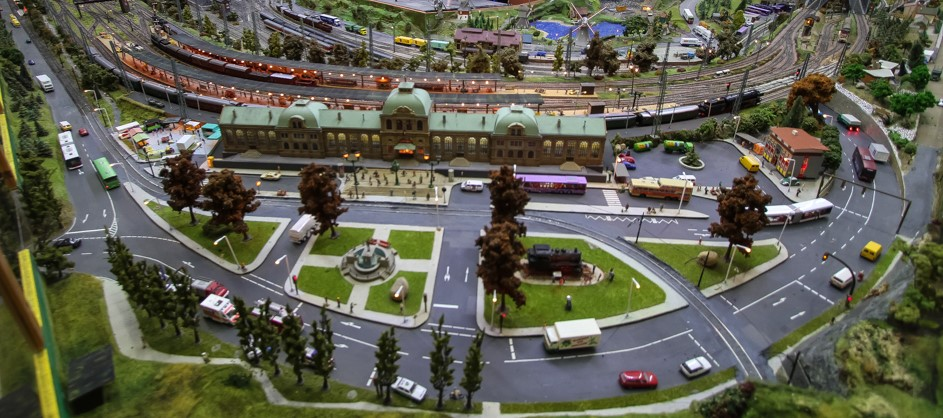 Szene Vorplatz vom Bahnhof bei der Modelleisenbahn Hillerse