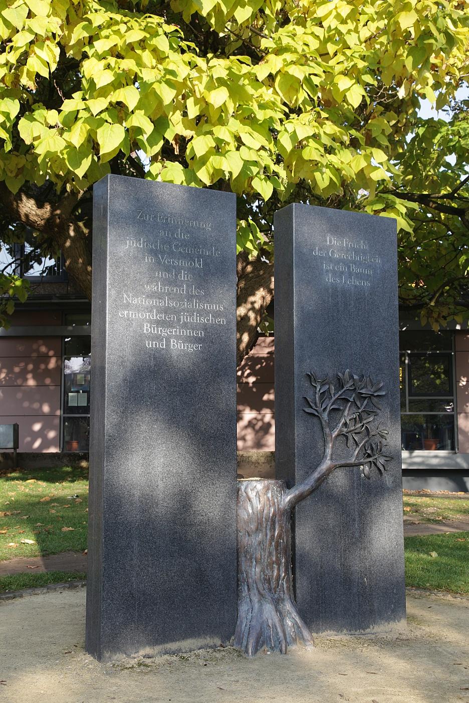 Erinnerungszeichen vor dem Rathaus