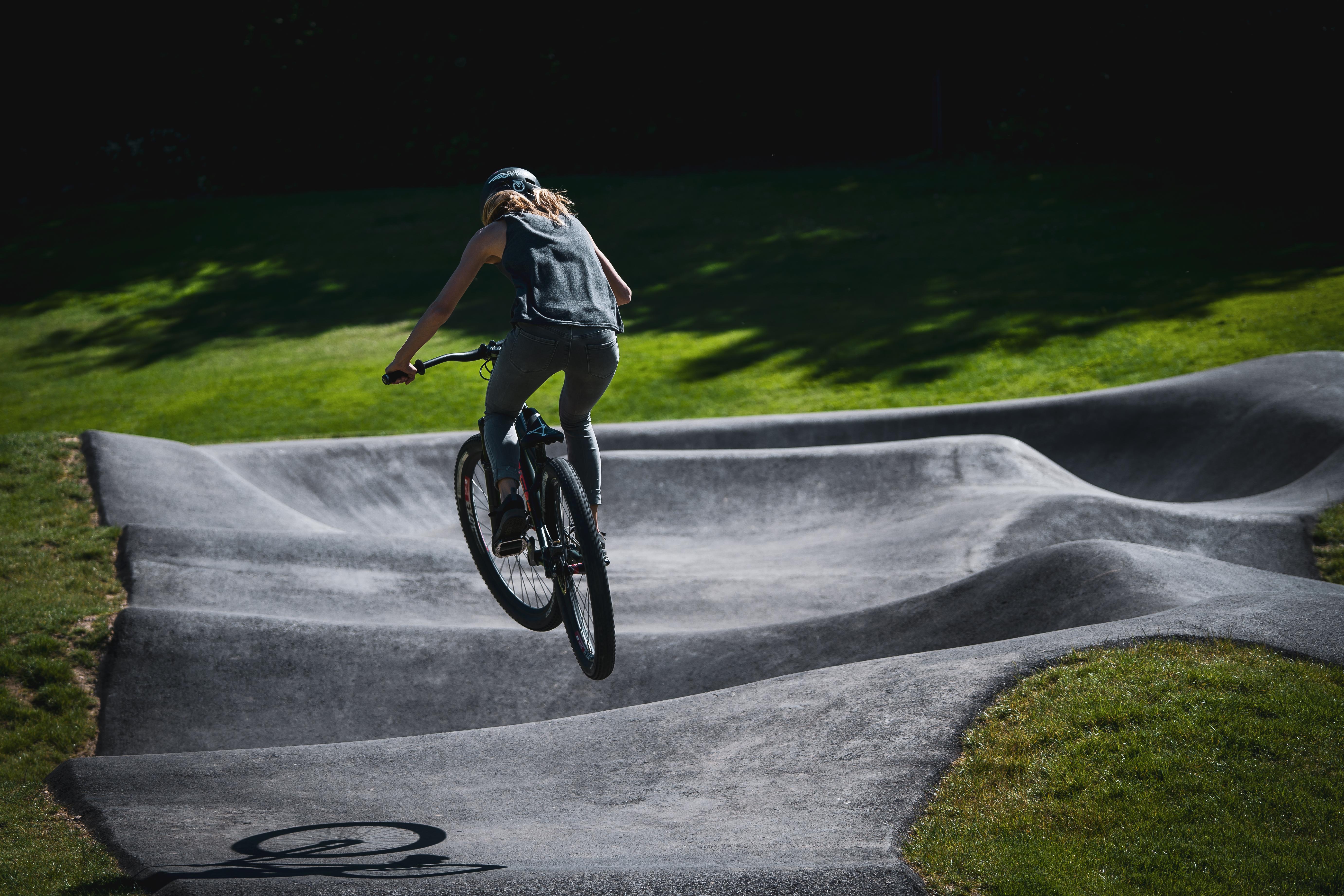 pumptrack-asphalt-jump-frau