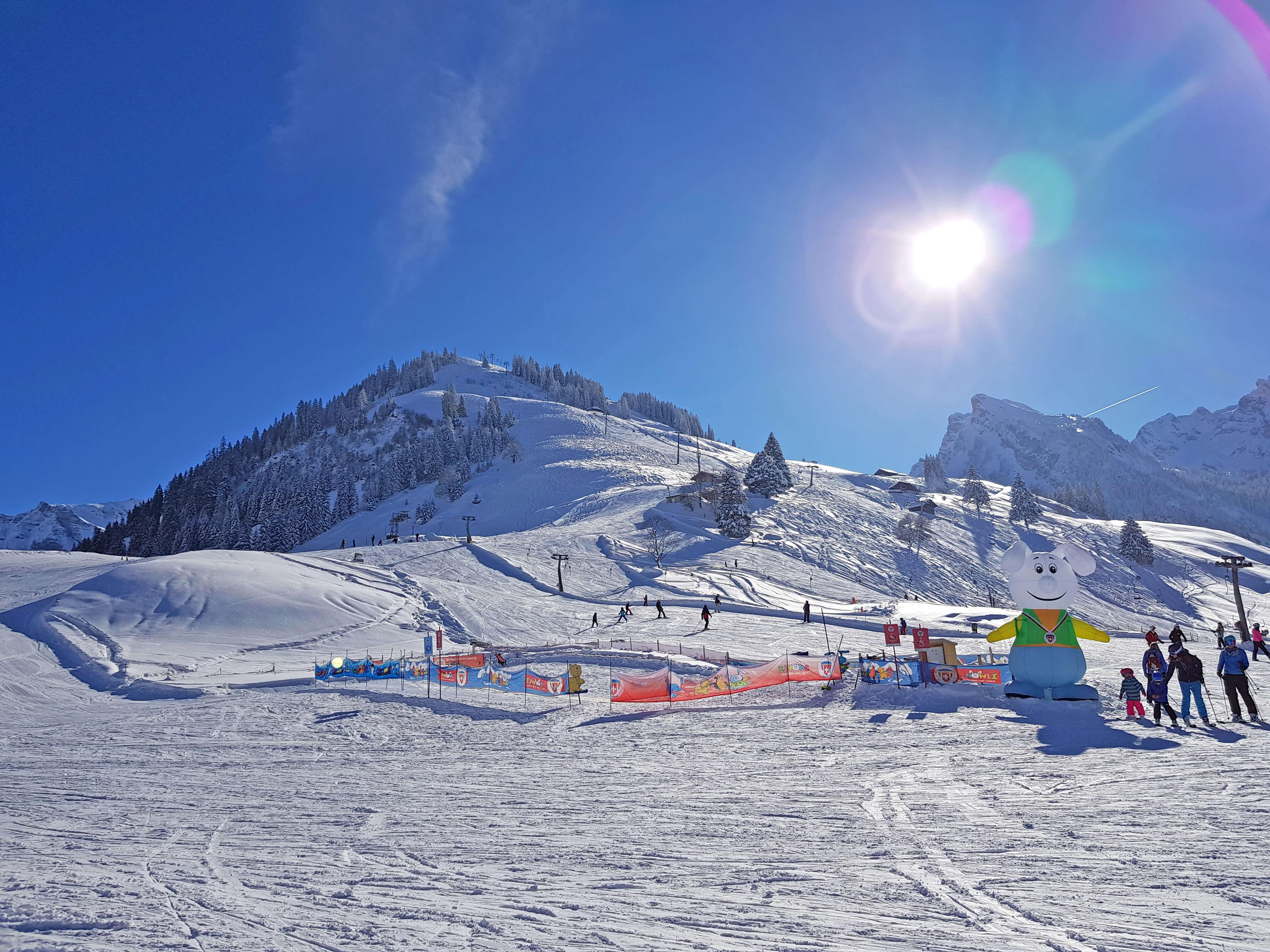 Schneespielplatz Schlaraffenland und im Hintergrund der Kinderskilift Egg