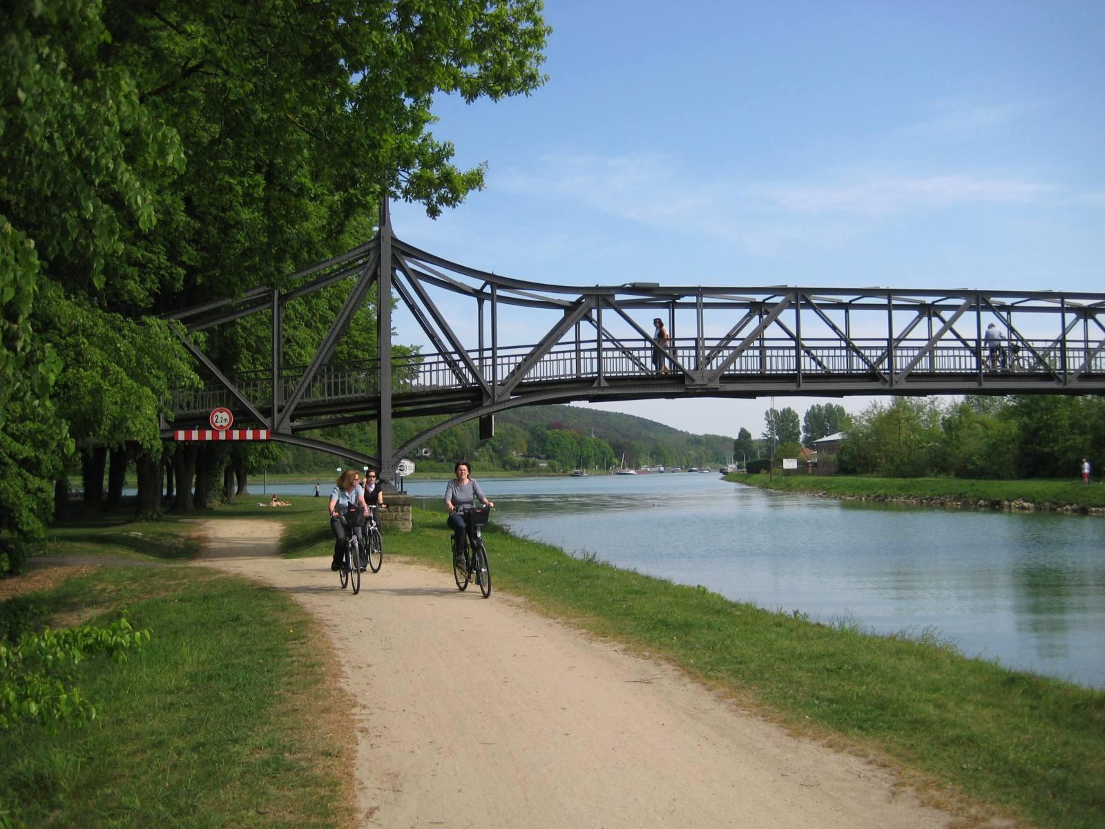 Brücke zum Info-Pavillon `Nasses Dreieck`
