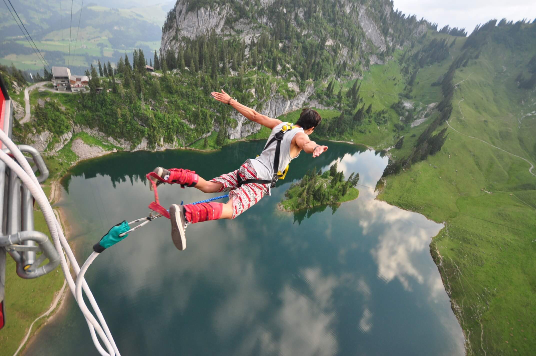 stockhorn-bungy-see-absprung-sommer