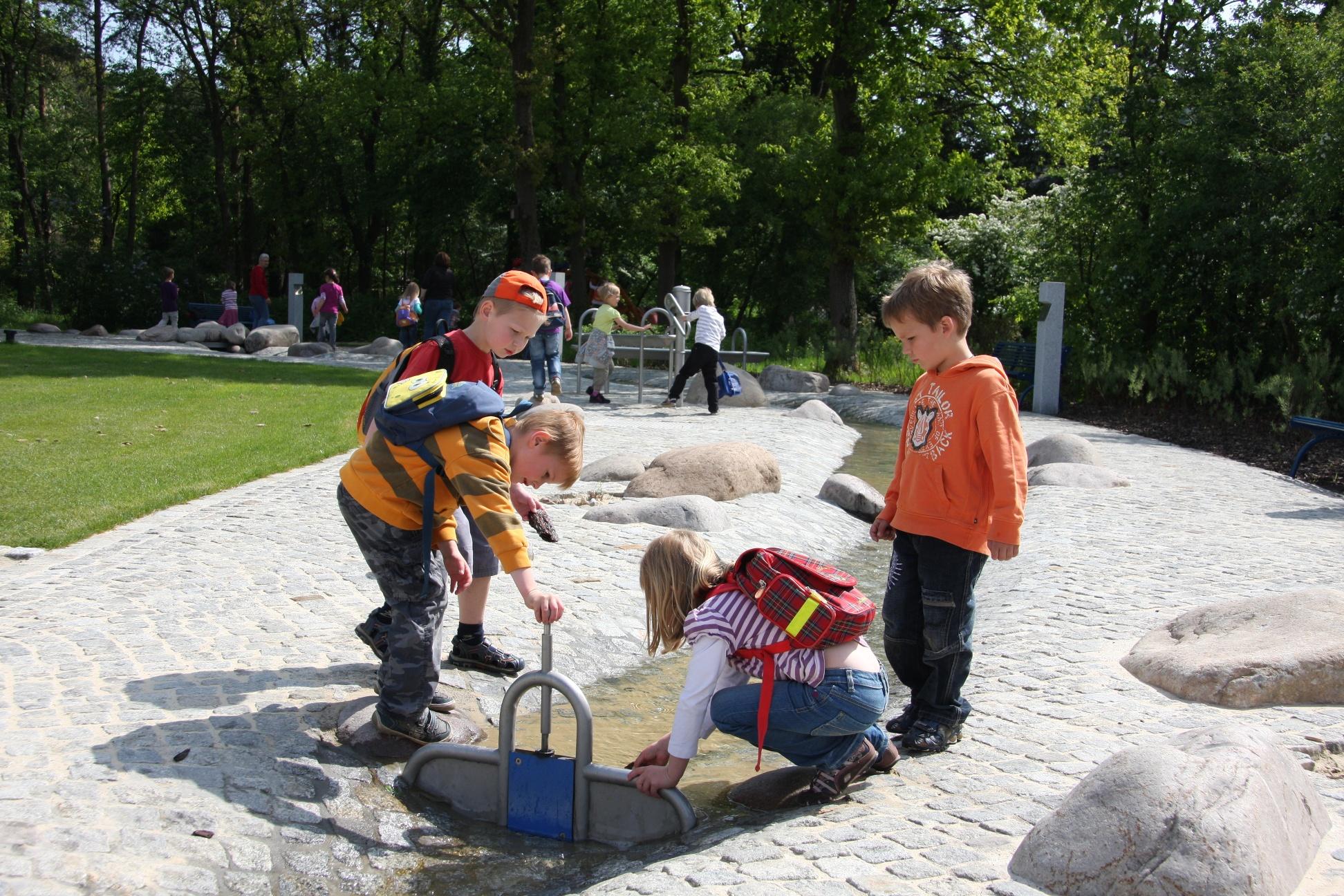 Wasserstauen im Ems-Erlebnisgarten