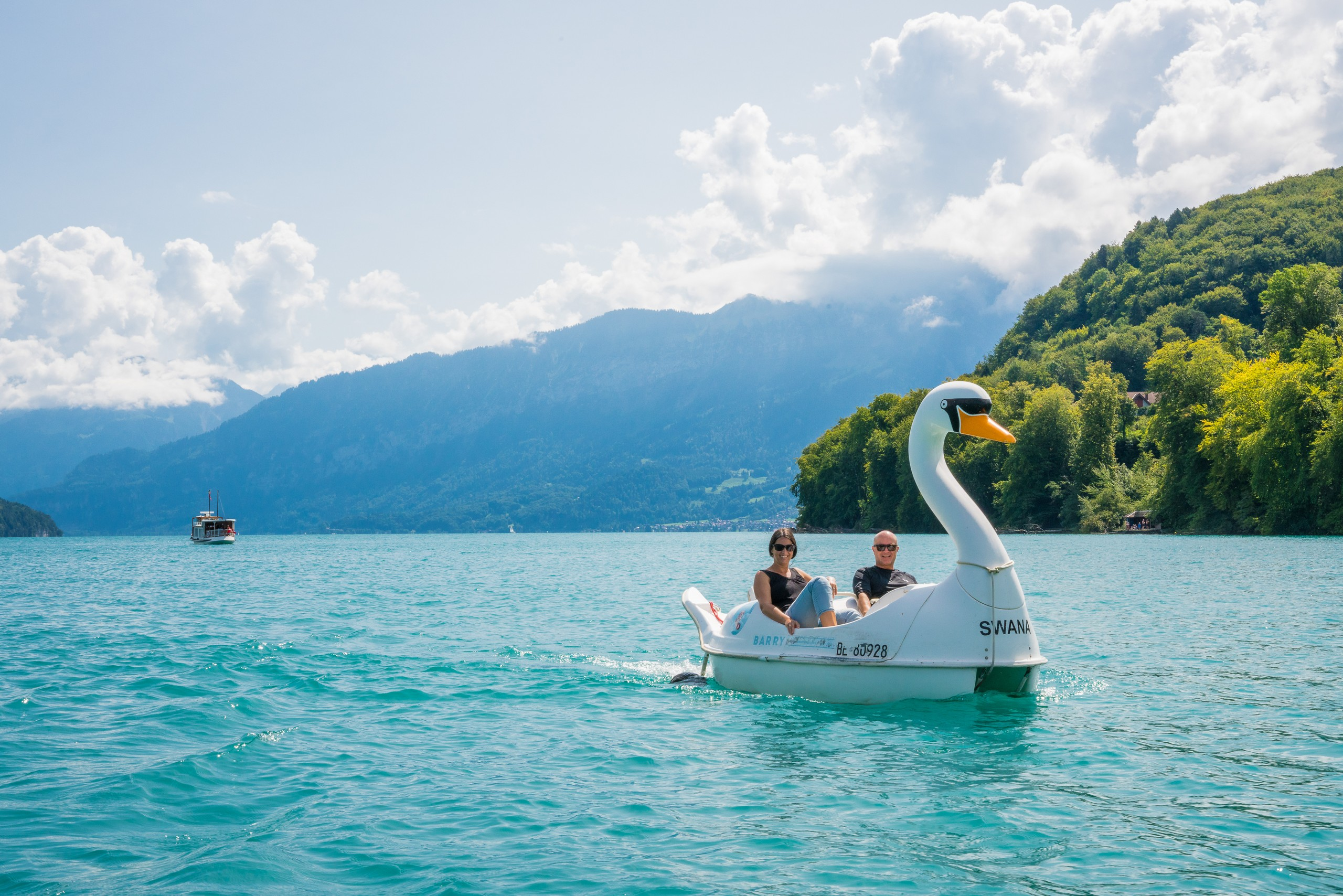 spiez-schwanenpedalo-sommer-thunersee-paar-ausflug-tiefblau-geniessen-boot-pedalo