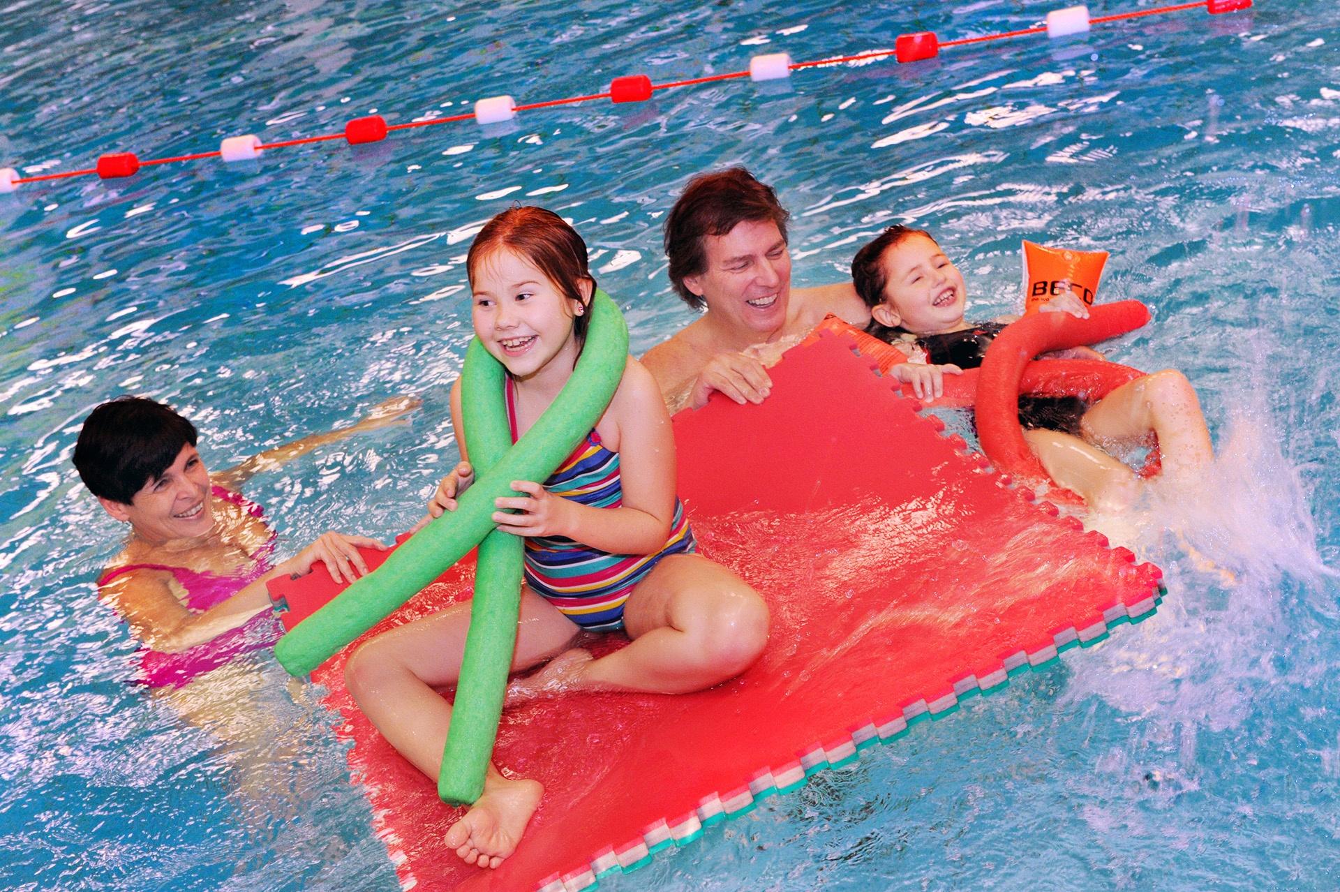 Familienspaß im Schwimmbereich