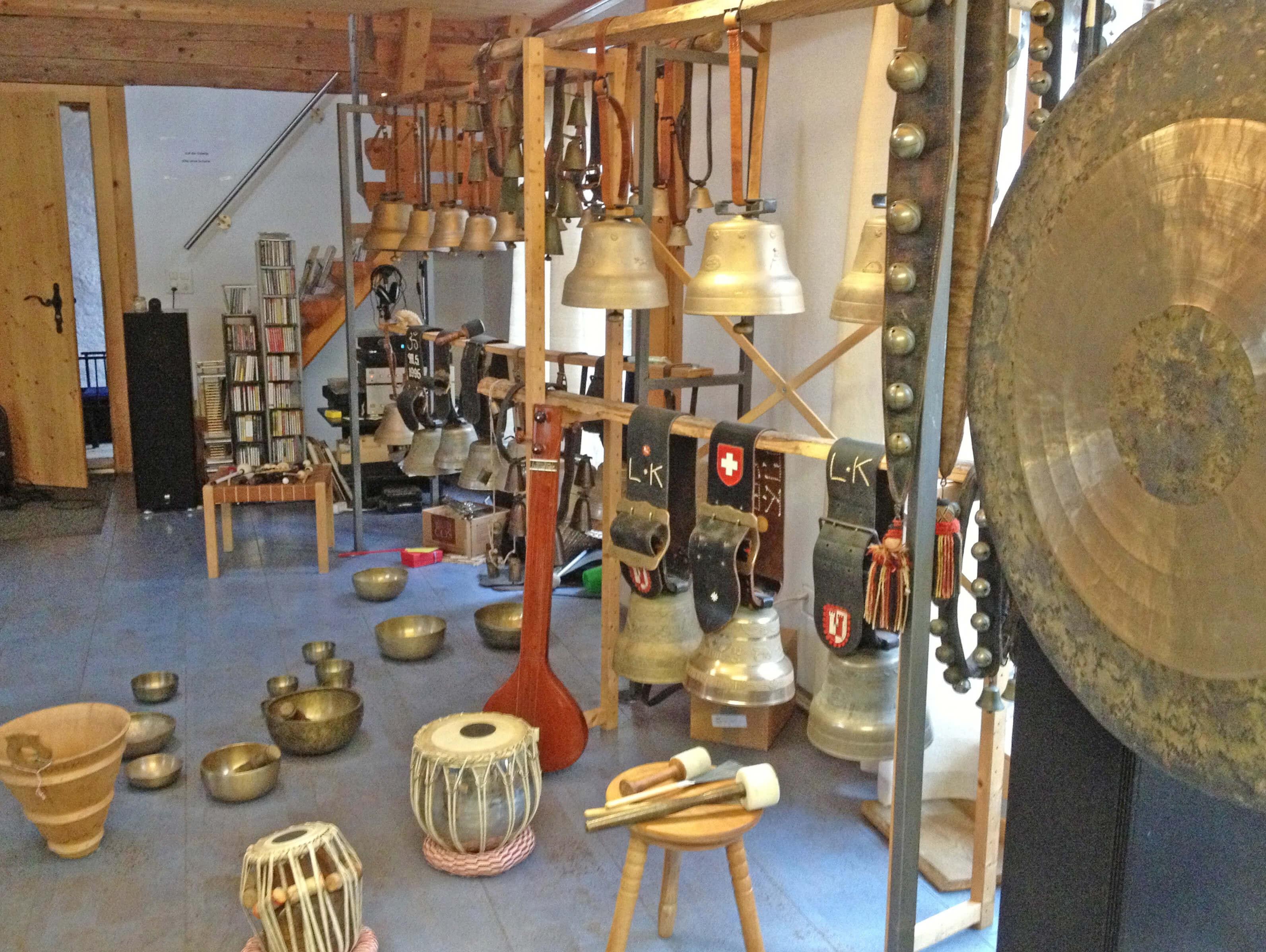 Klangstudio mit diversen Glocken und Klangschalen