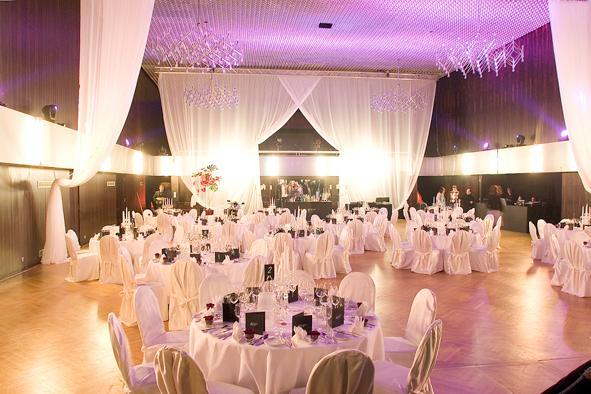 Saal dekoriert für eine Hochzeit