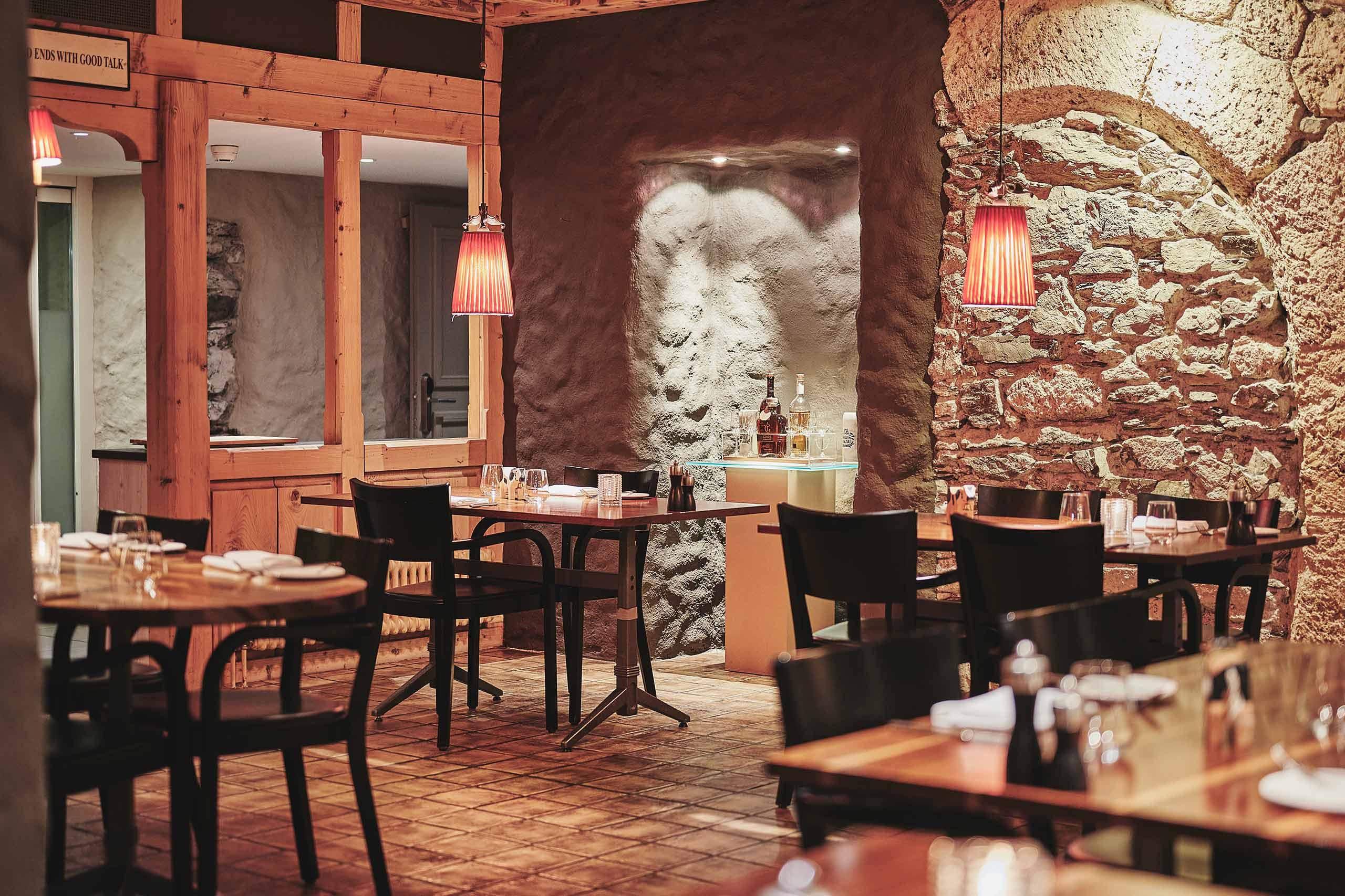 restaurant-taverne-hotel-interlaken-ambiente-raum-tische.jpg