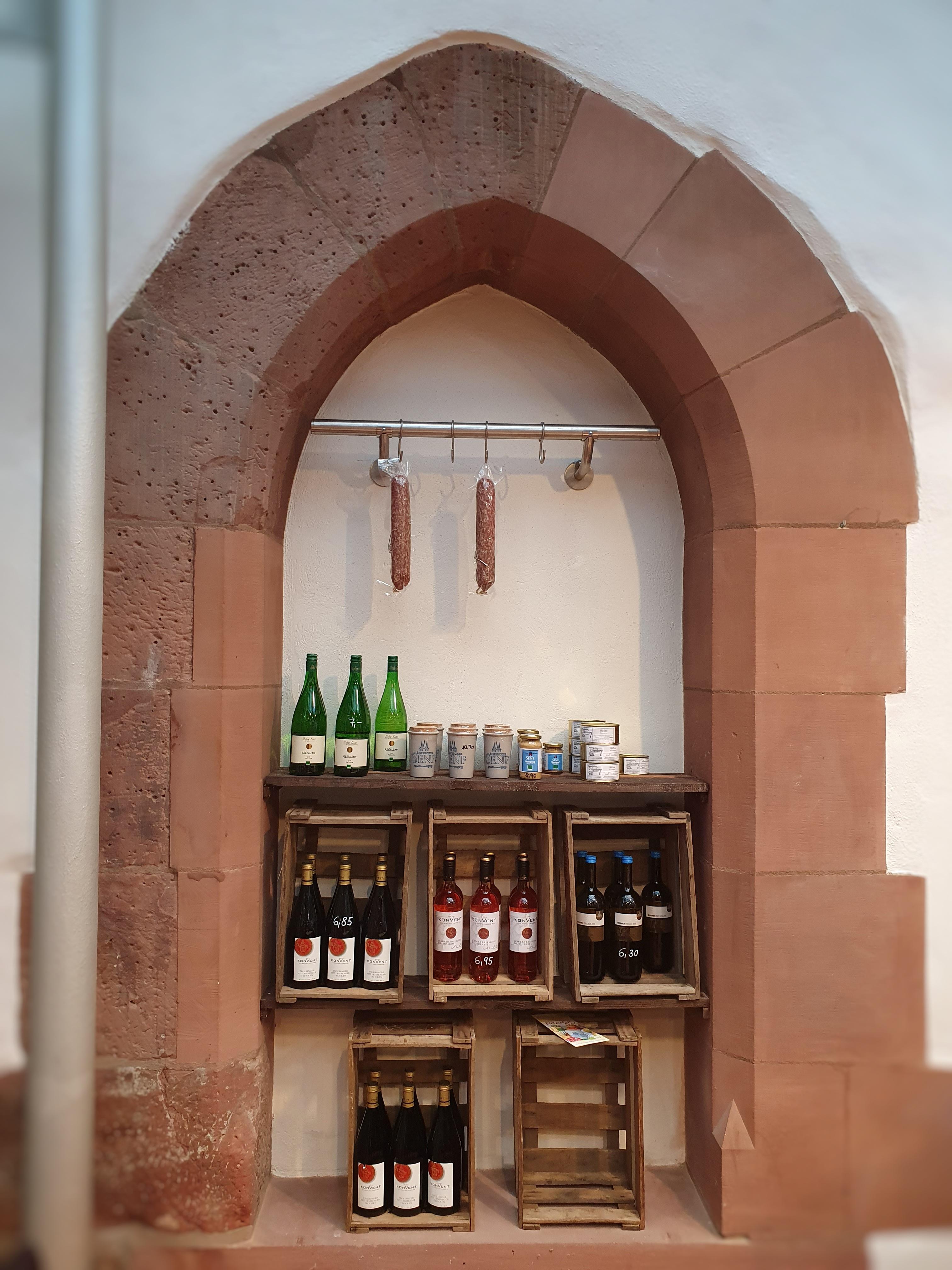 Café in der kleinen Gasse_Senf- und Wurstwaren, Weinauswahl