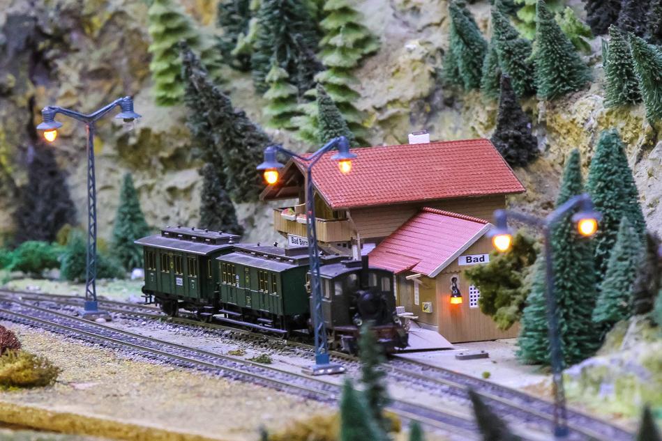 Kleiner Bahnhof mit Zug bei der Modelleisenbahn Hillerse