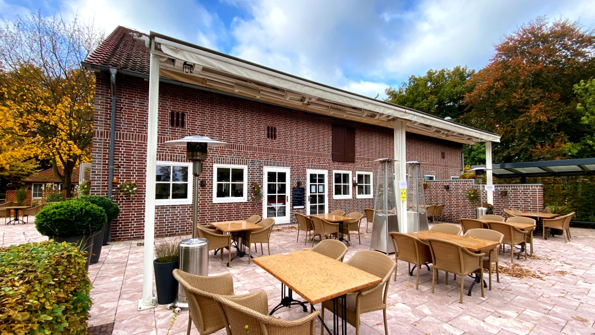 Die Terrasse vom Restaurant und Café Hof Emmen bietet einen schönen Blick auf den Golfplatz