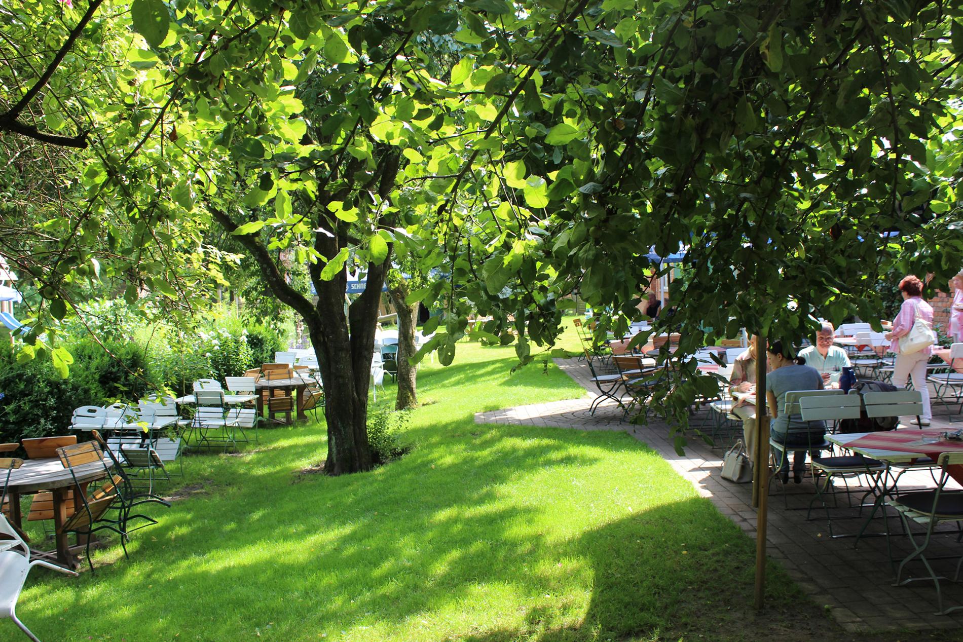 Rölings Hof - Gartencafé im Sommer
