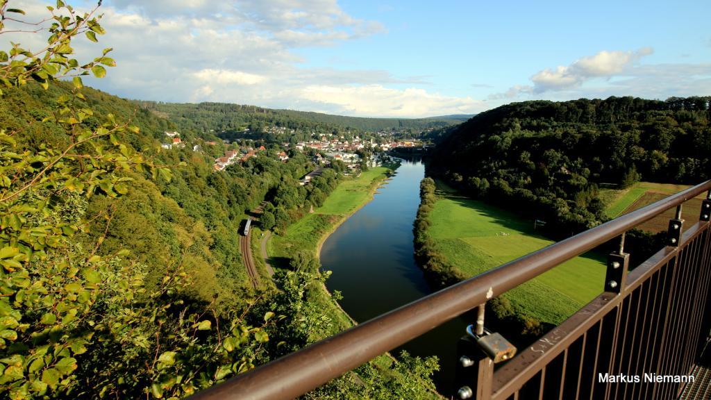 Weserhöhen_Blick_vom_Weserskywalk_Richtung_Bad_Karlshafen