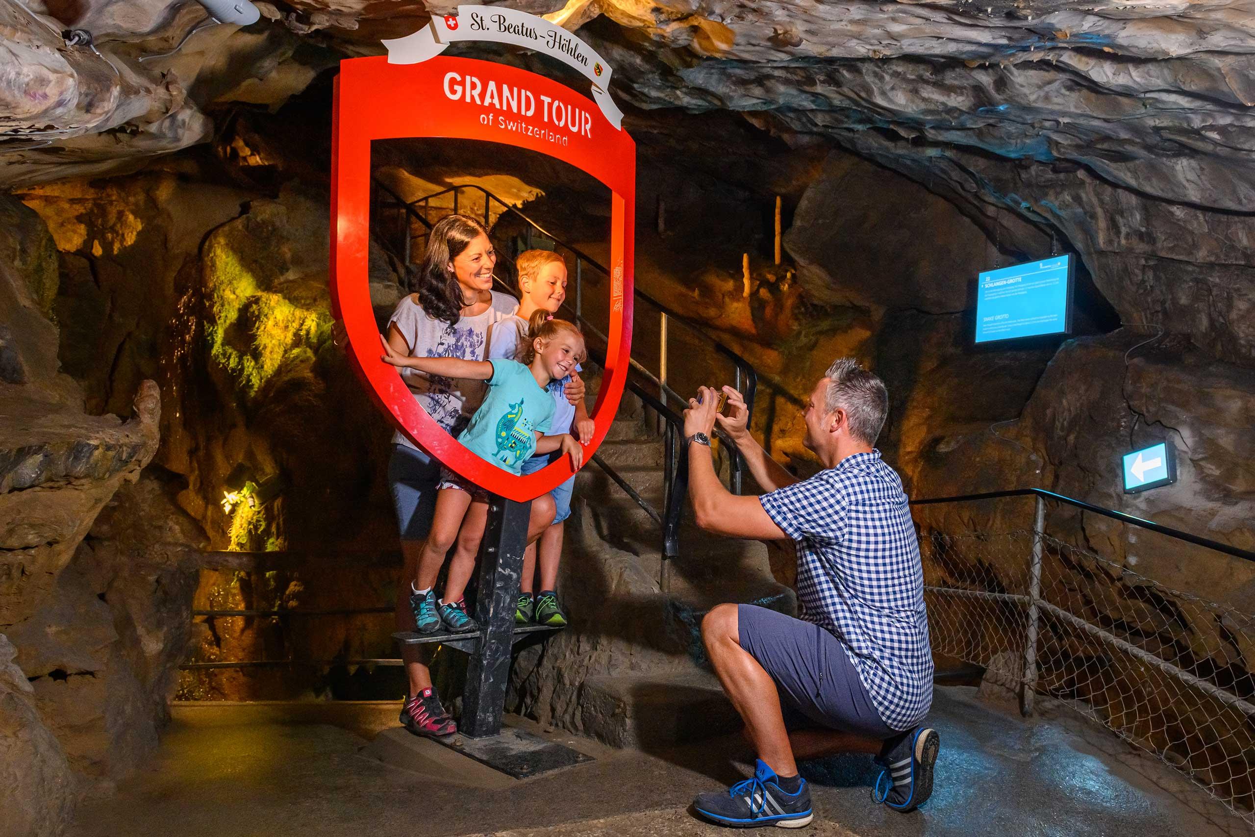 beatushoehlen-grand-tour-bogen-familie-foto-berginneres.jpg