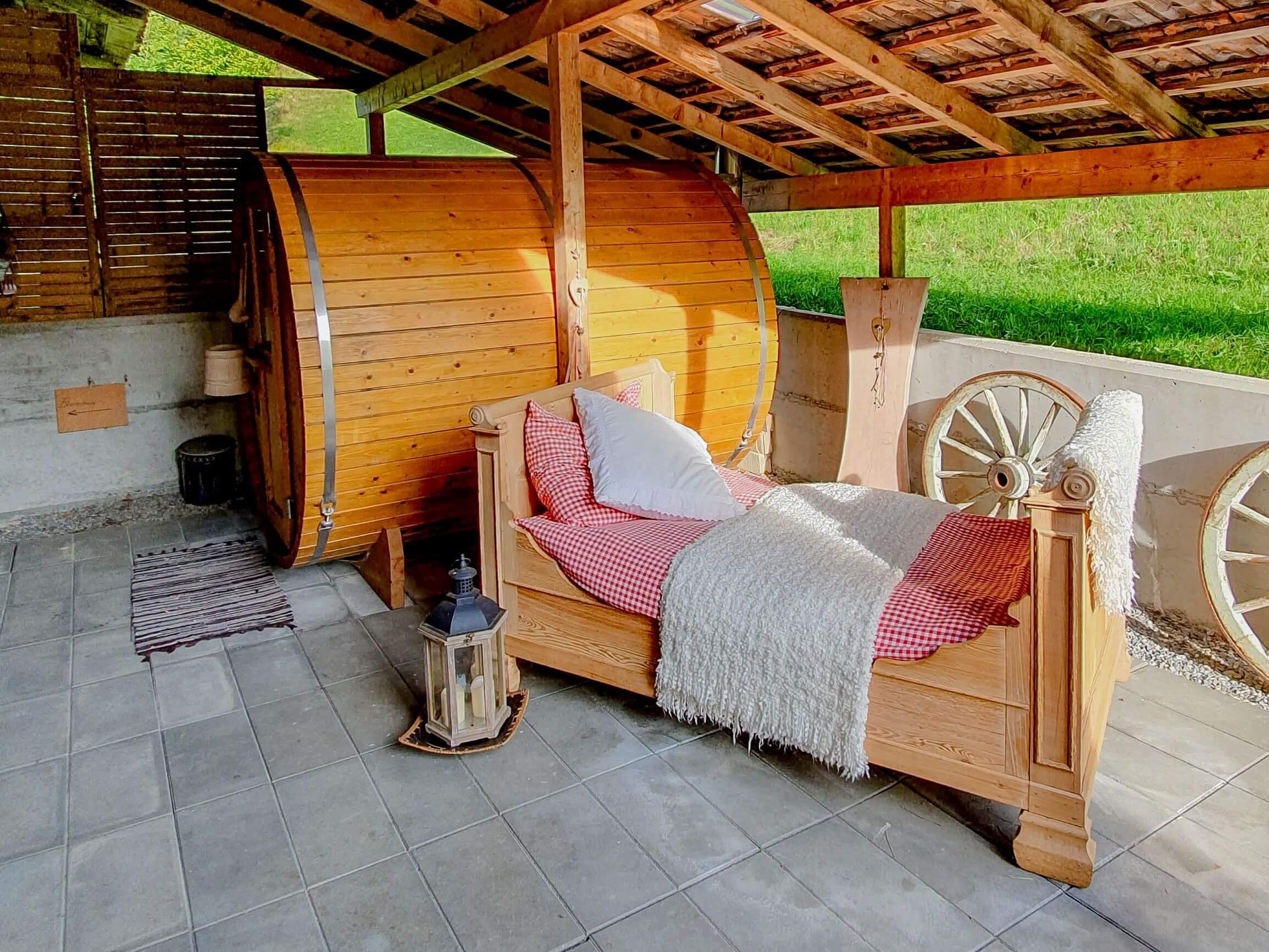 Sauna und Holzcouch