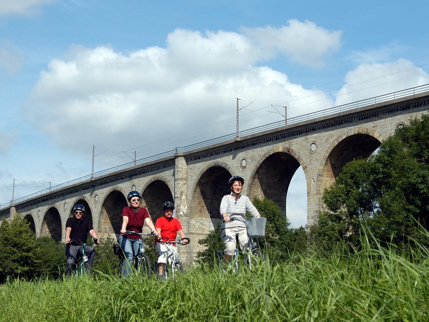 Radfahrer am Großen Viadukt in Altenbeken