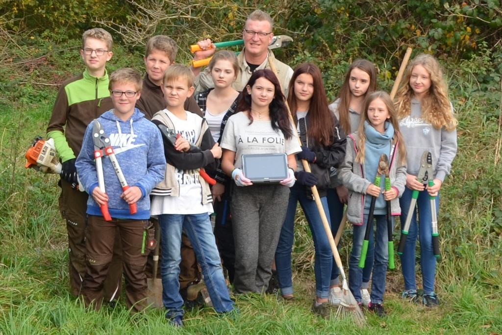 Die Schülerinnen und Schüler der Jacobischule, die den Weg im Wald begehbar gemacht haben.