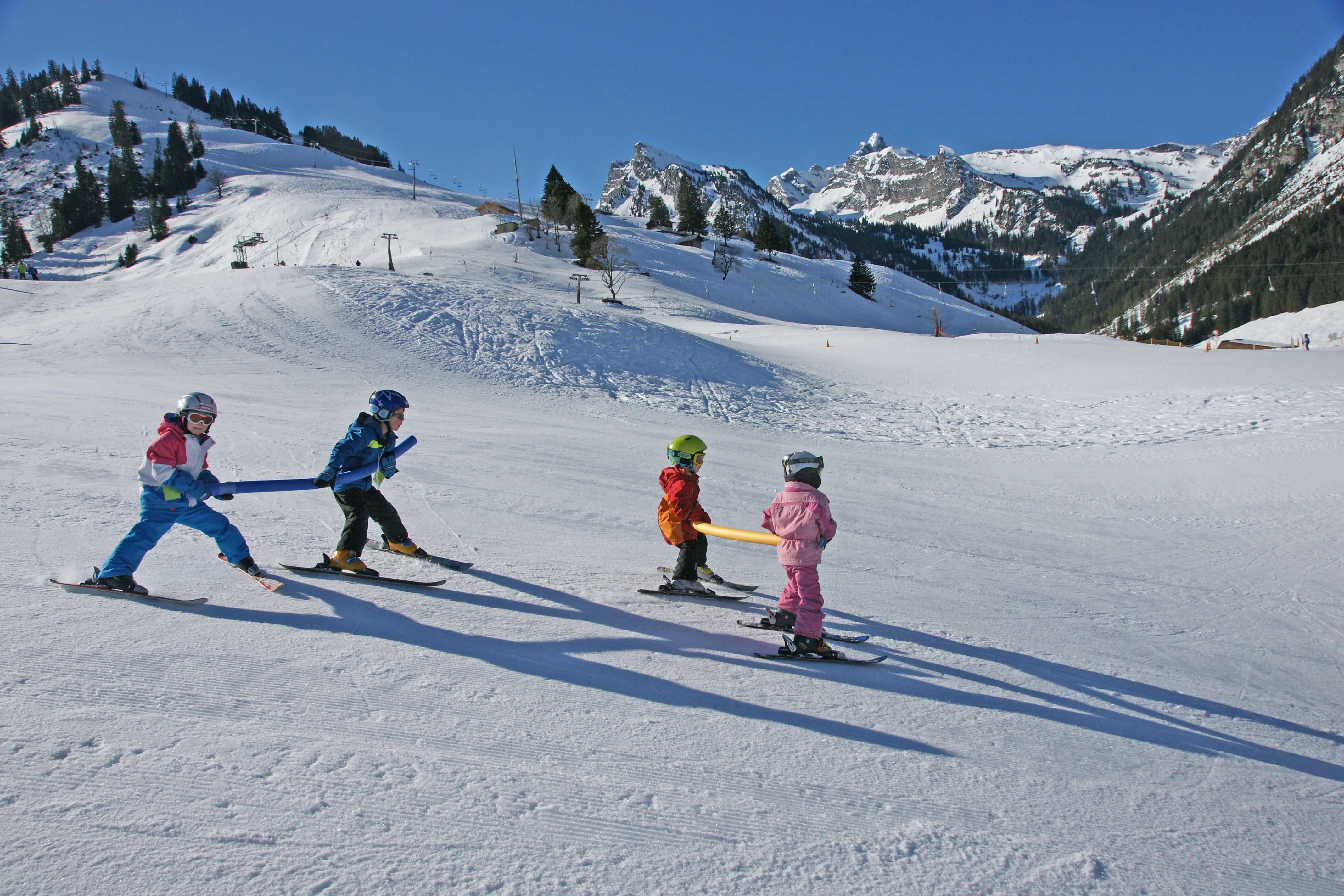 Spass mit anderen Kindern in der Skischule Grimmialp
