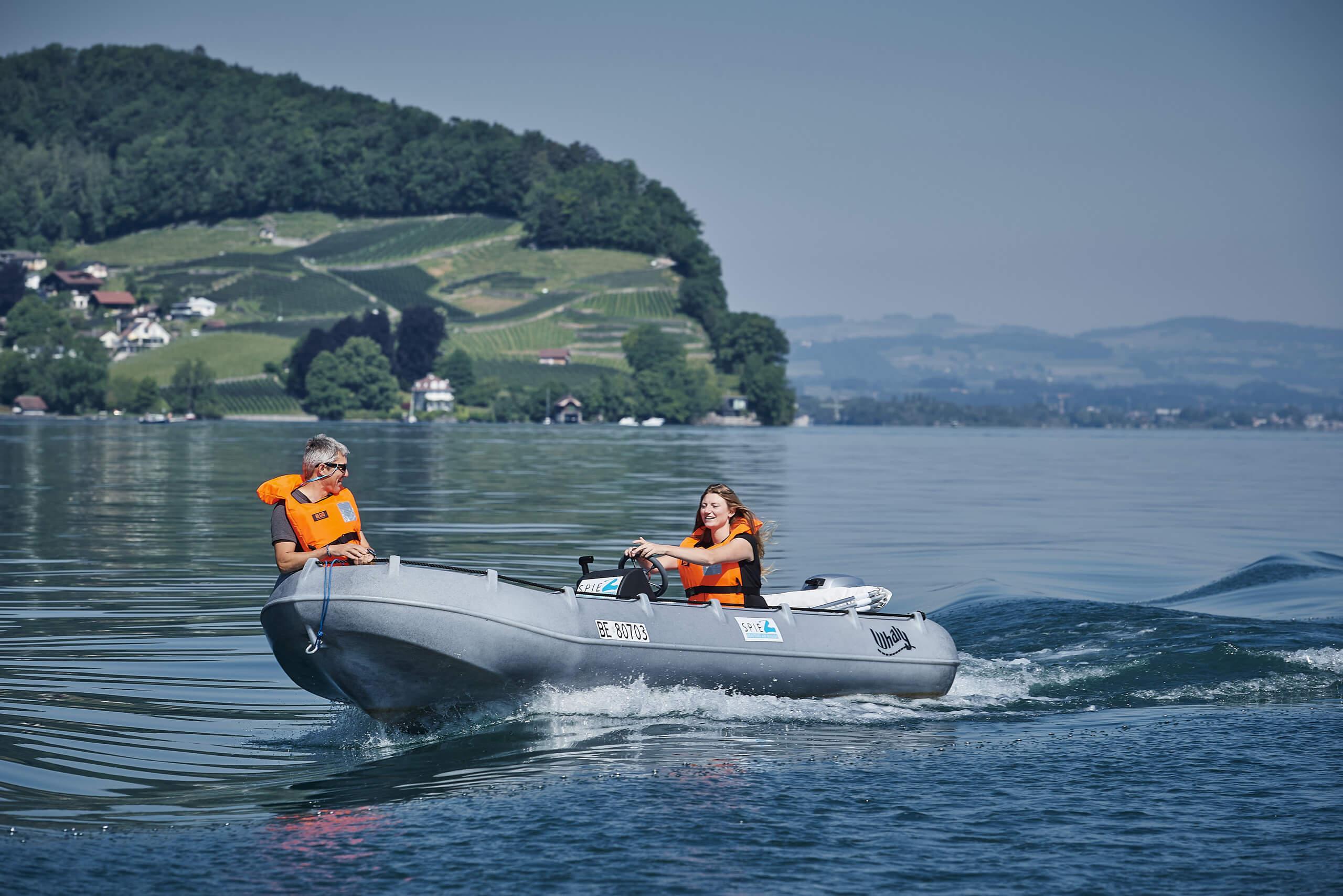 faulensee-thunersee-motorboot-wasser-sommer-spiez-bucht