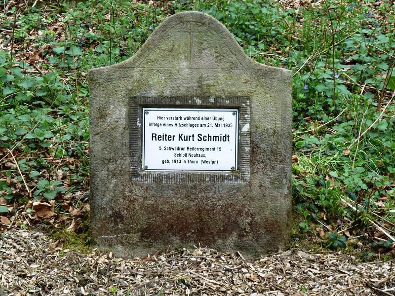Denkmalstein für Reiter Kurt Schmidt