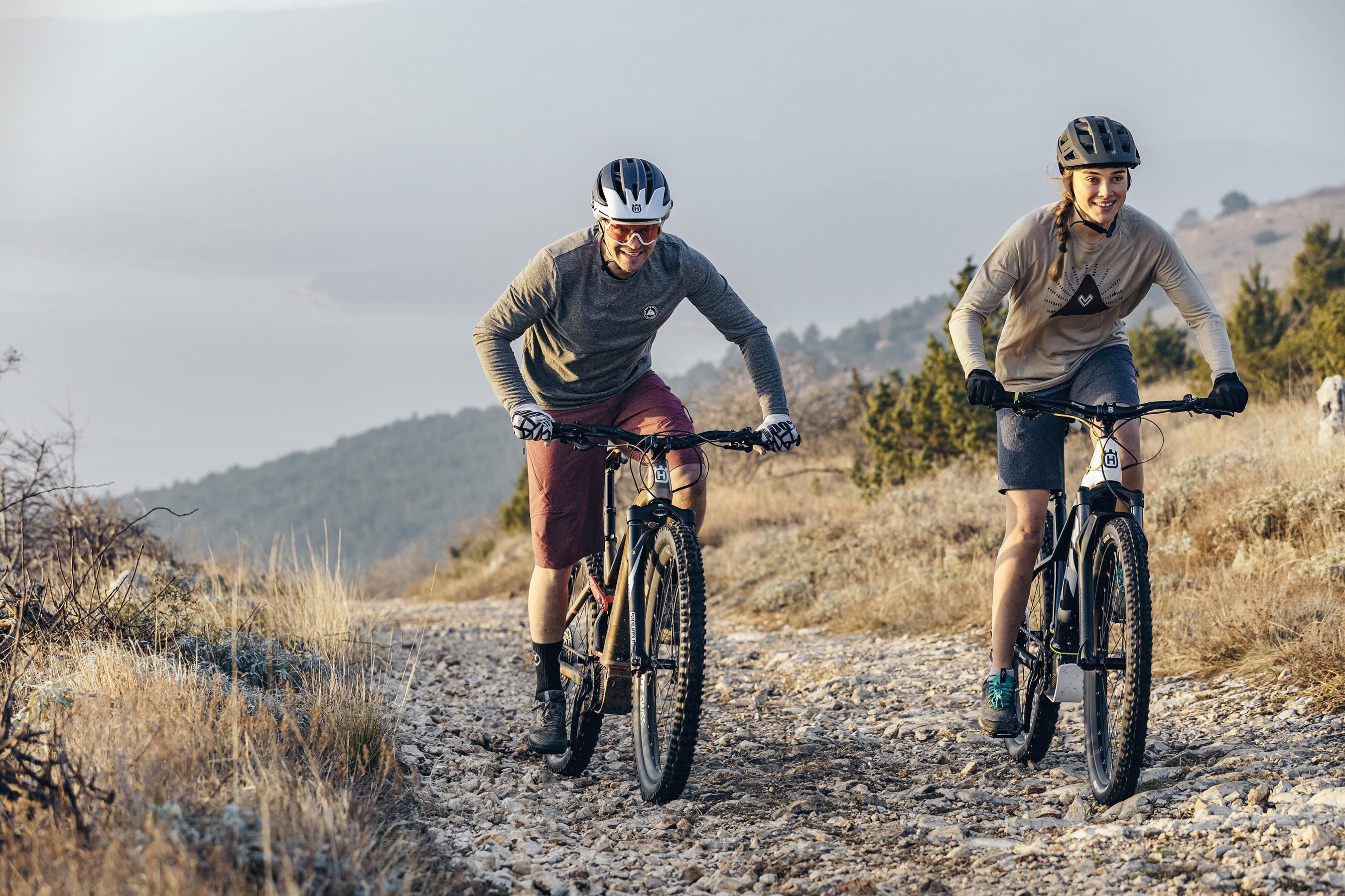 Mit E-Bikes über Stock und Stein