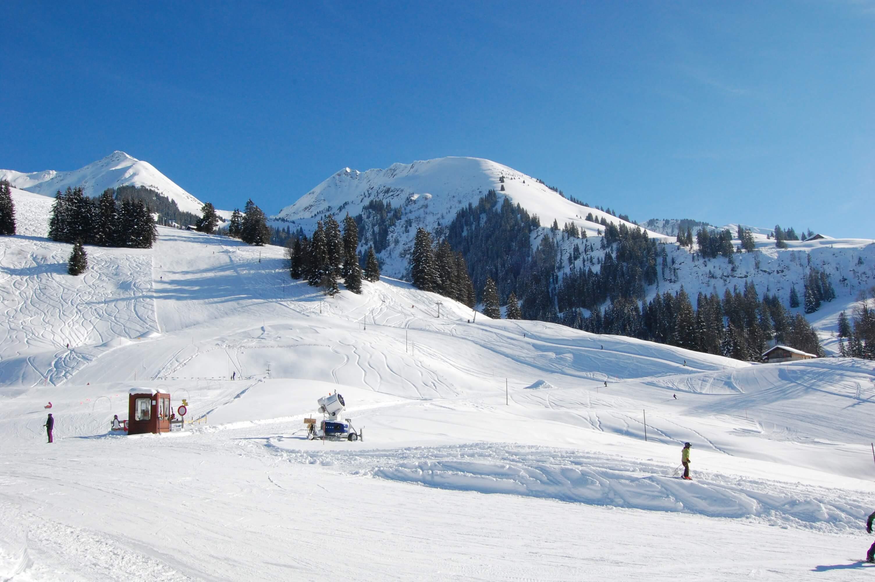 Skiegebiet Springenboden mit Blick auf die verschneiten Berge