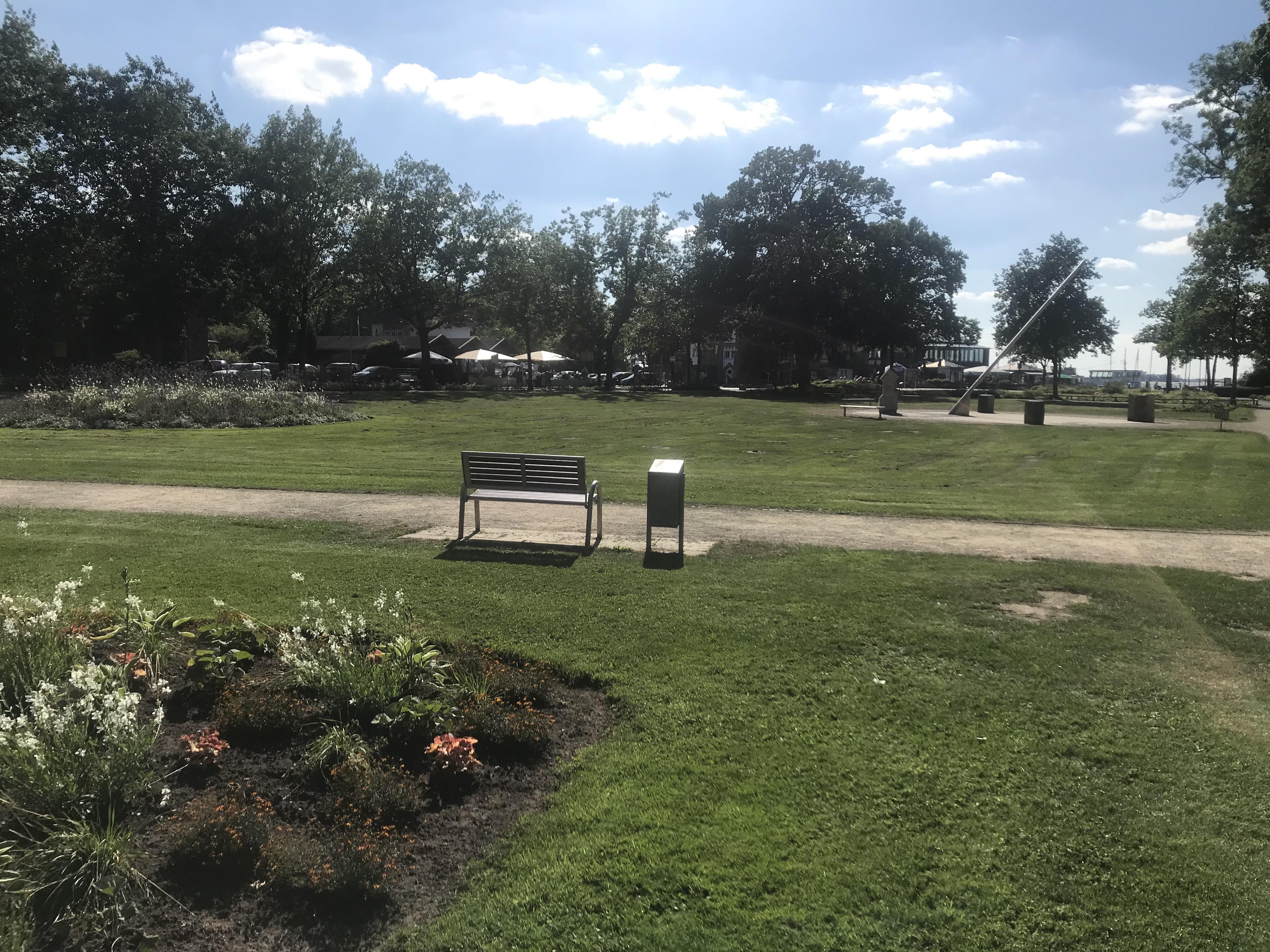 Park mit Blick auf Sonnenuhr