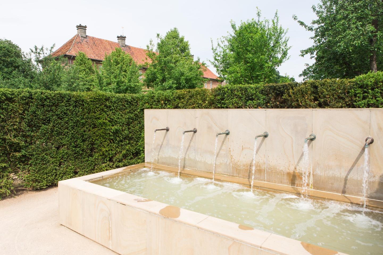 Brunnen im `Labyrinthgarten No.10` am Kloster Clarholz
