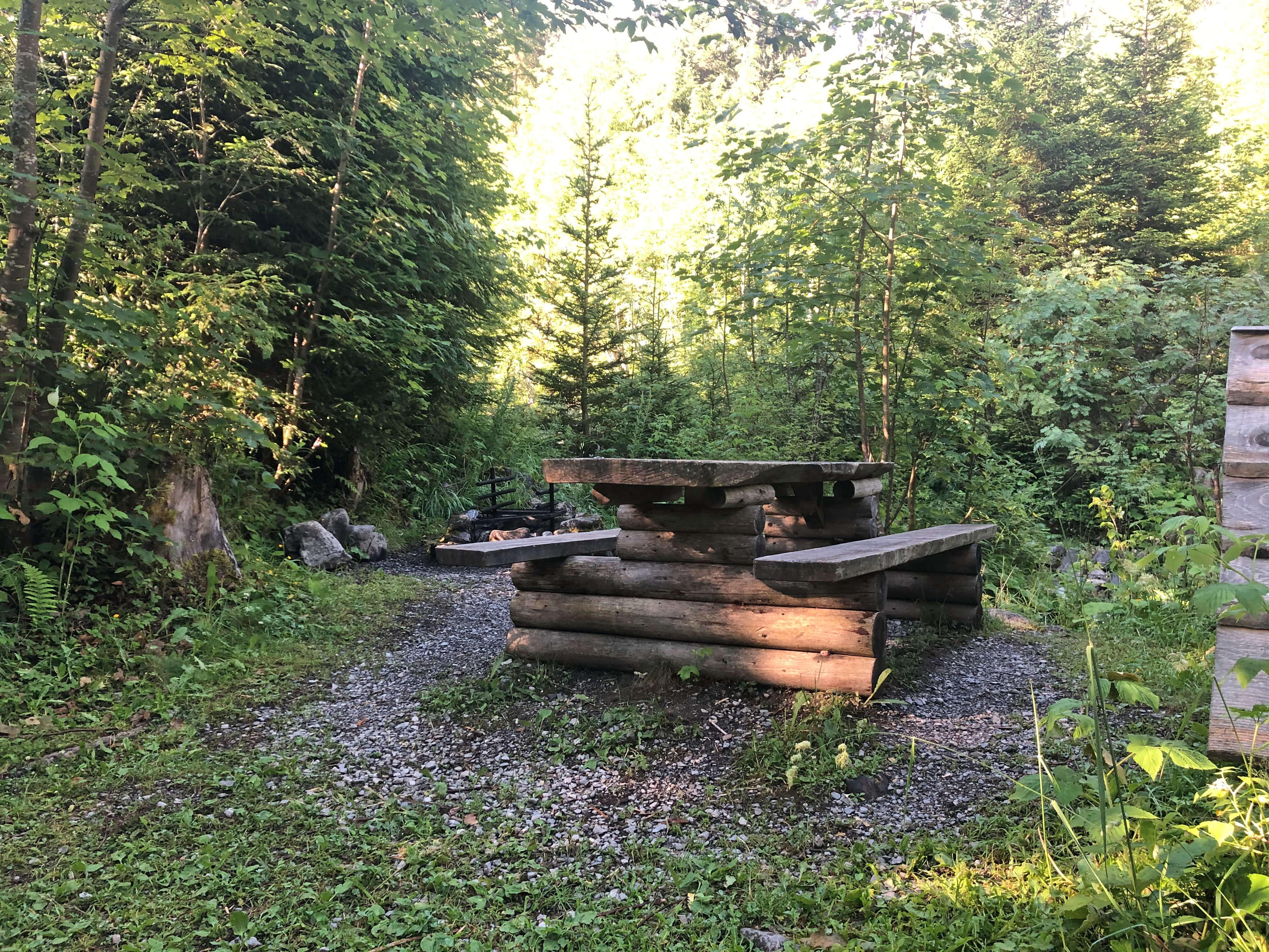 Kleine Grillstelle entlang des Erlebniswegs Grimmimutz