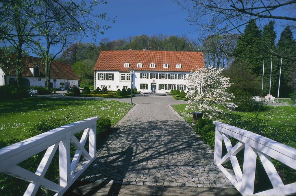 Haus des Gastes mit Kurpark