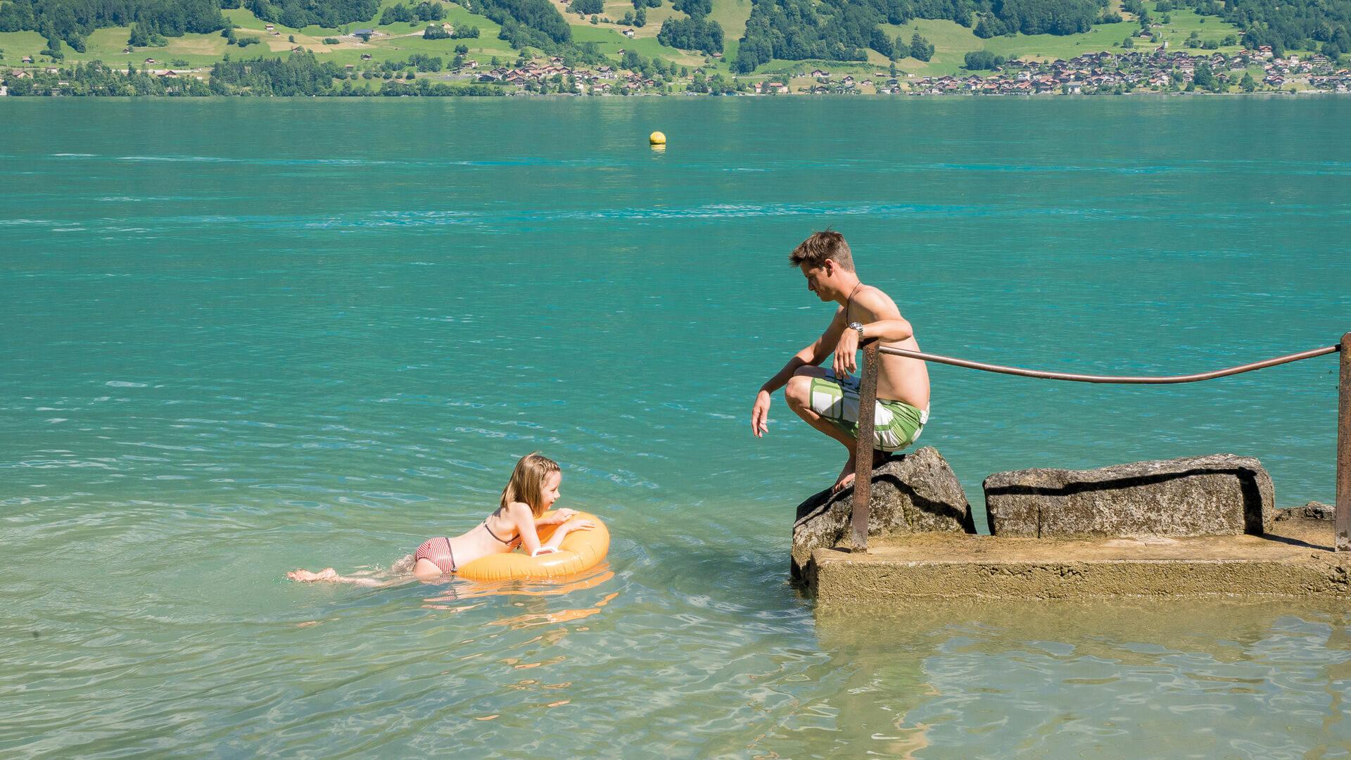 iseltwald-strandbad-sommer-abkuehlung-brienzersee-familie-spass