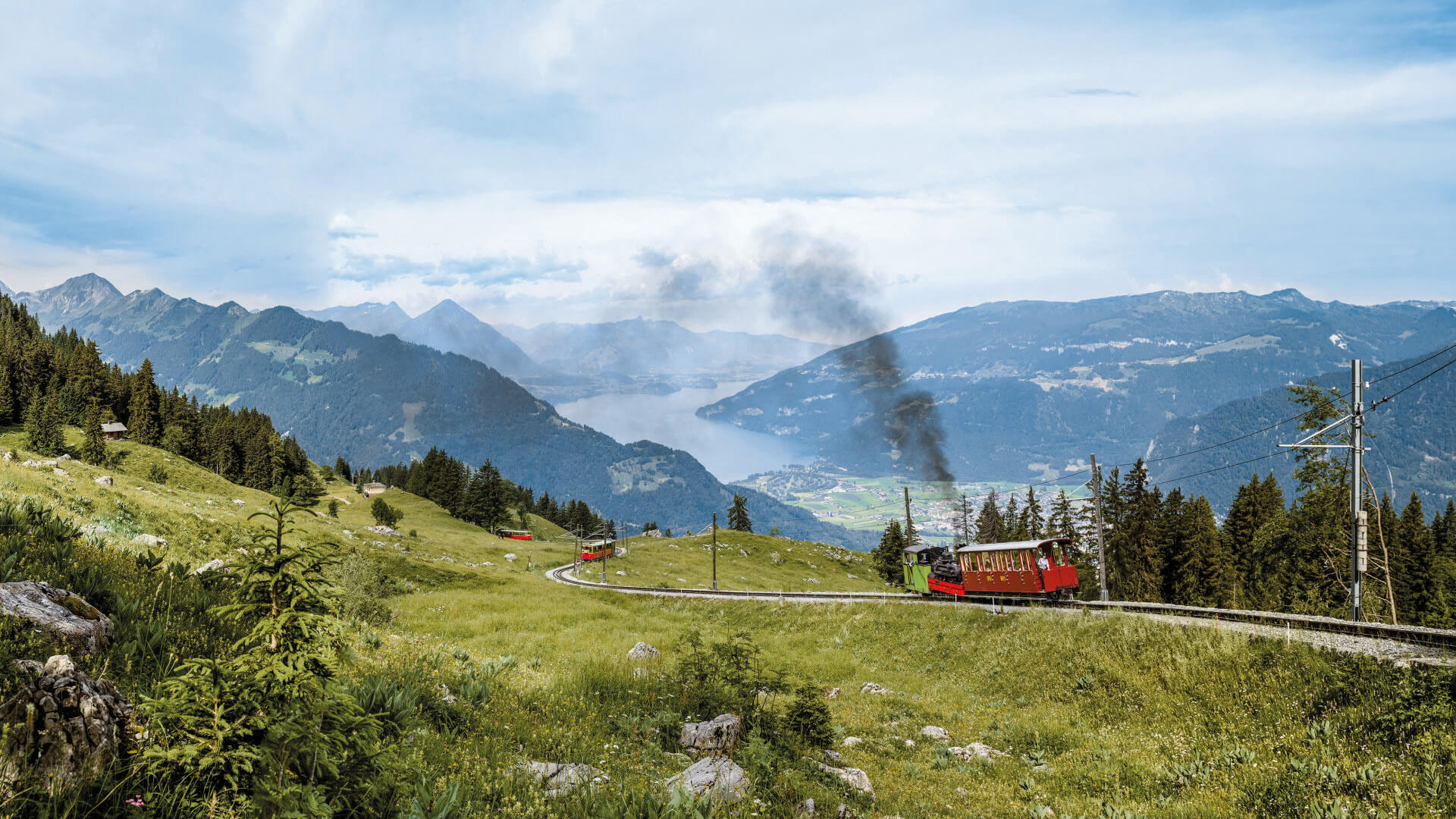 schynige-platte-dampffahrten-sommer-panorama-thunersee-rauch-weide