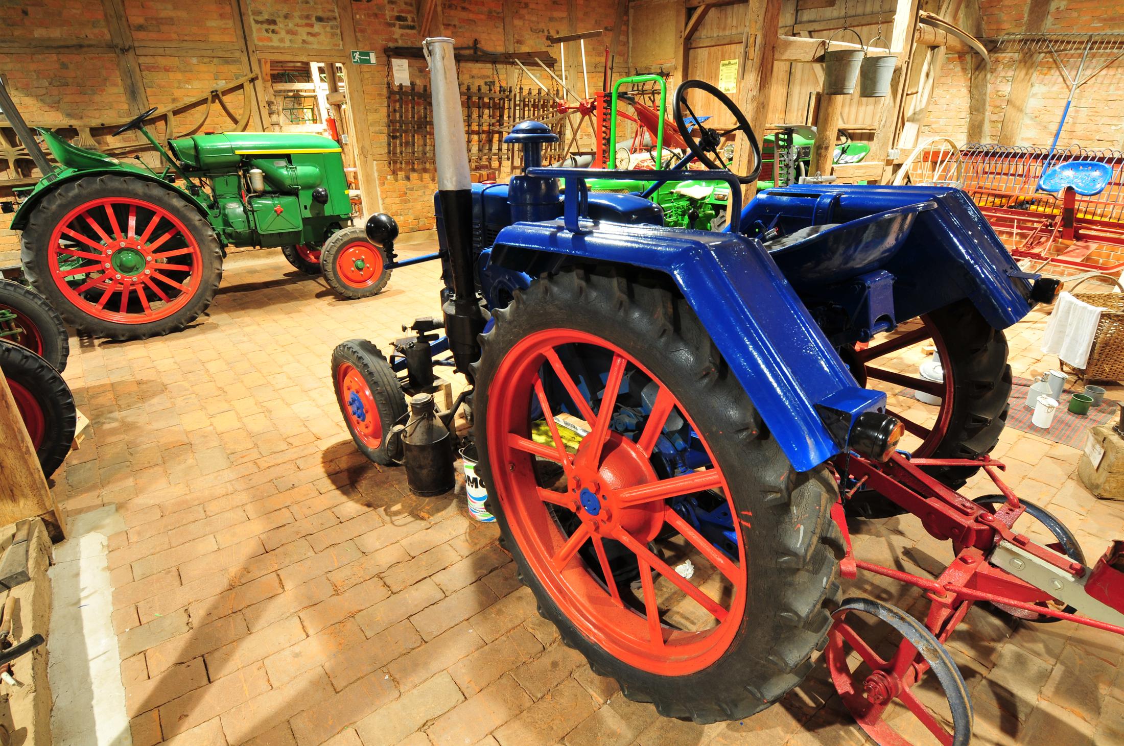 Traktorenhalle im Museum Dorf Lüben