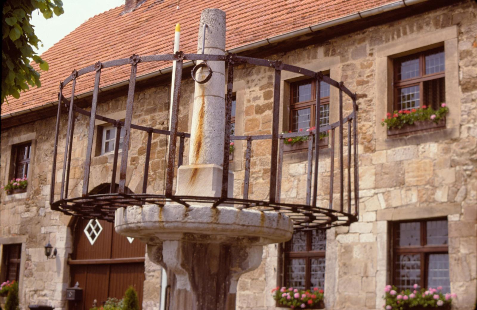 Schandpfahl vor dem Museum in Obermarsberg